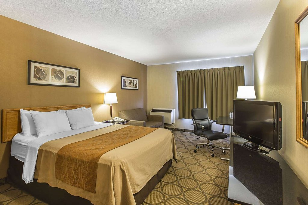 https://www.hotelsbyday.com/_data/default-hotel_image/2/10741/guest-room-with-sofa.jpg