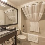 https://www.hotelsbyday.com/_data/default-hotel_image/2/10743/bathroom-in-guest-room.jpg