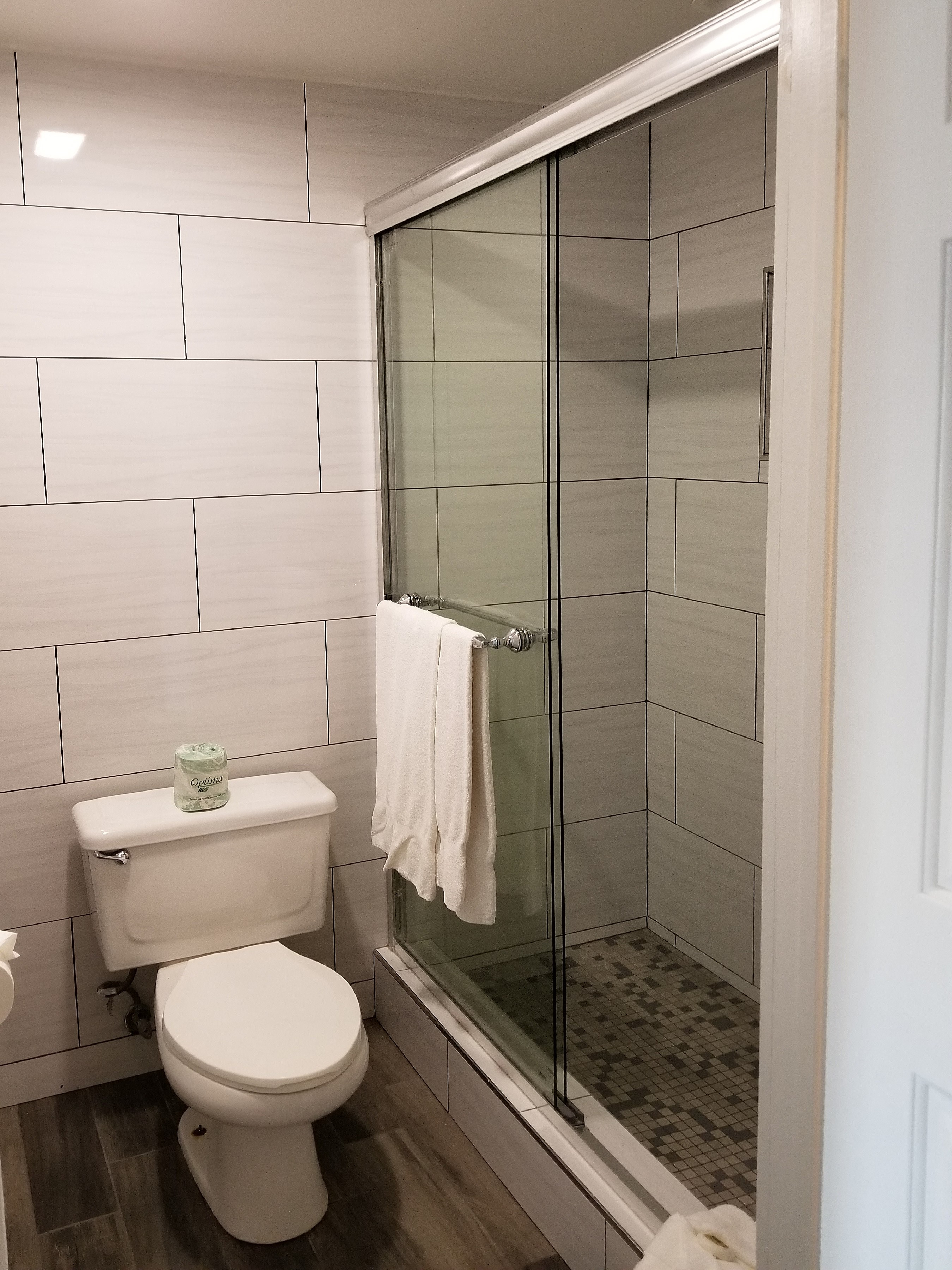 https://www.hotelsbyday.com/_data/default-hotel_image/2/10854/bathroom.jpg