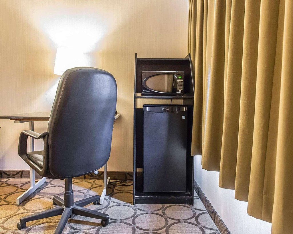 https://www.hotelsbyday.com/_data/default-hotel_image/2/10950/guest-room-with-microwave.jpg