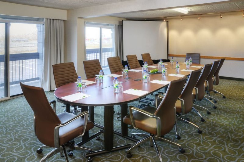 https://www.hotelsbyday.com/_data/default-hotel_image/2/10966/meeting-room.jpg