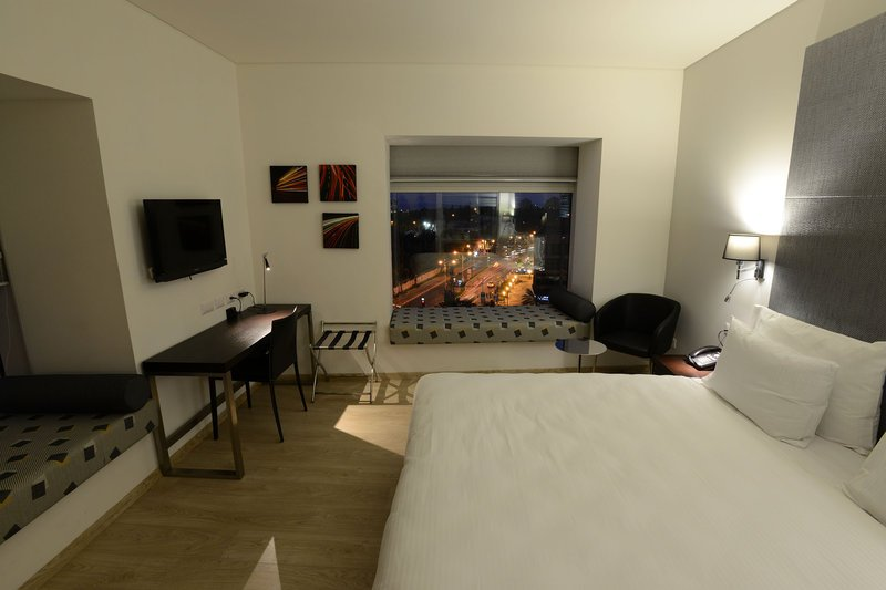 https://www.hotelsbyday.com/_data/default-hotel_image/2/11043/guest-room.jpg