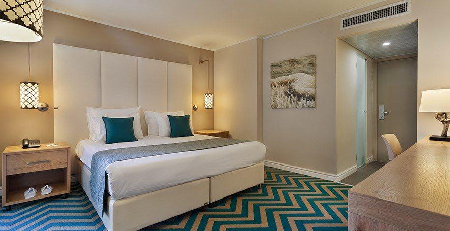 https://www.hotelsbyday.com/_data/default-hotel_image/2/11144/oasis-standard-room1.jpg
