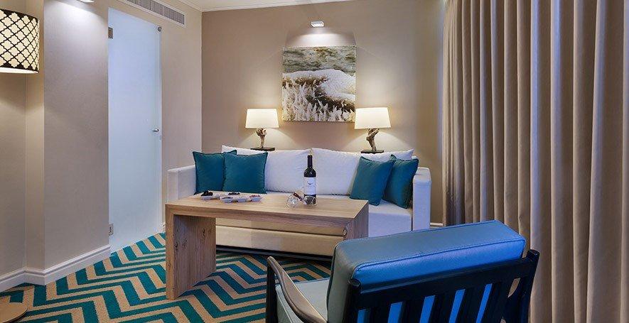 https://www.hotelsbyday.com/_data/default-hotel_image/2/11145/oasis-suite2.jpg