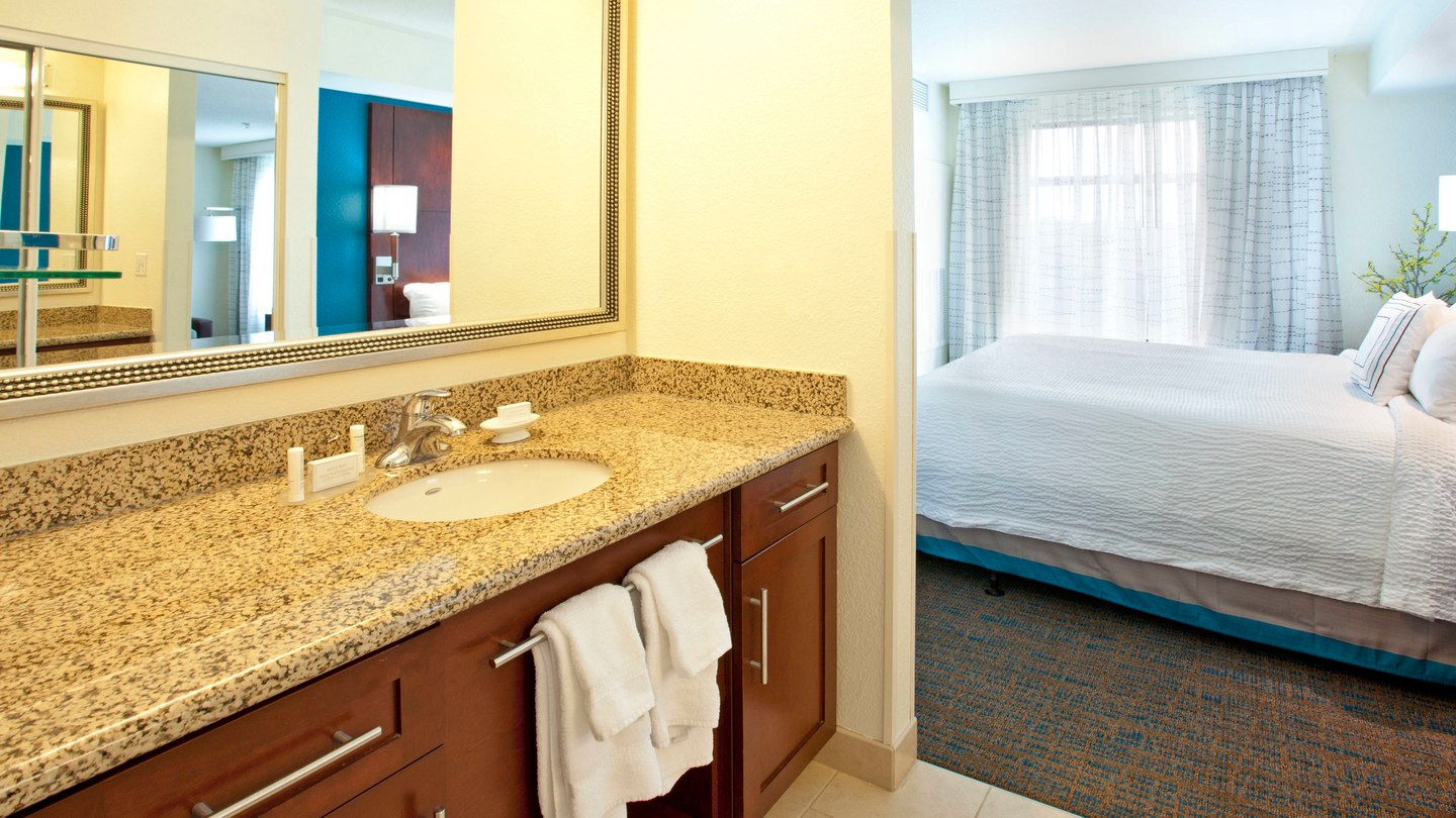 https://www.hotelsbyday.com/_data/default-hotel_image/2/11260/pdxap-bathroom-0039-hor-wide.jpg