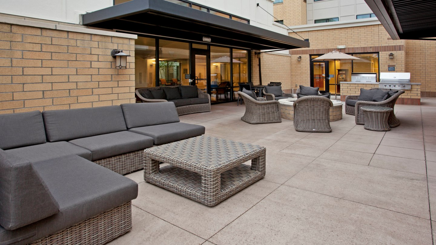 https://www.hotelsbyday.com/_data/default-hotel_image/2/11270/pdxap-patio-0031-hor-wide.jpg