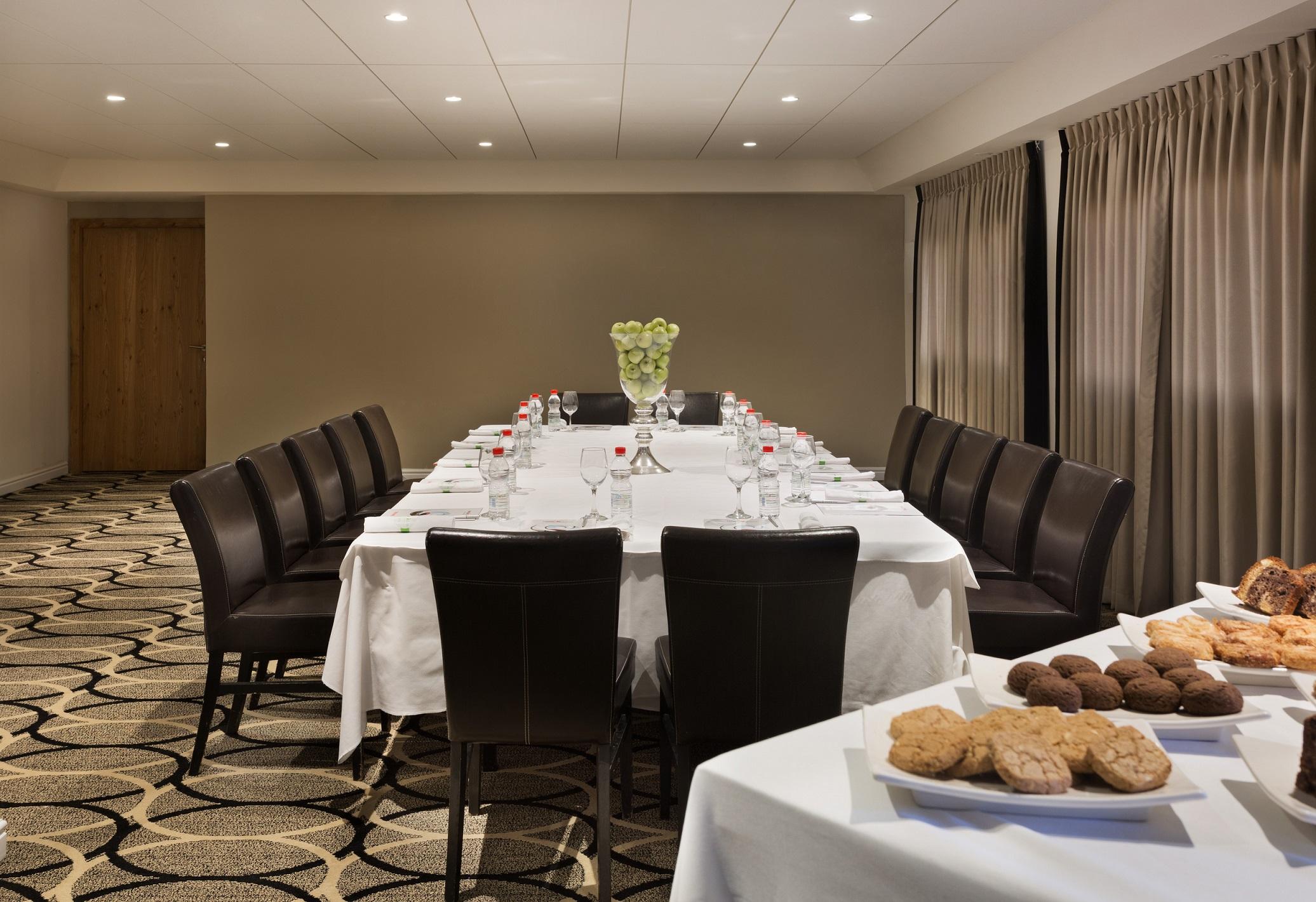 https://www.hotelsbyday.com/_data/default-hotel_image/2/11338/oasis-meeting-room2.jpg