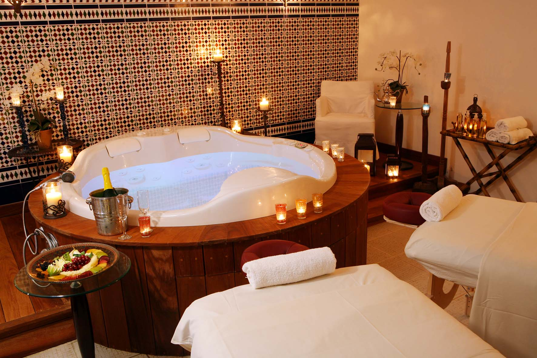 https://www.hotelsbyday.com/_data/default-hotel_image/2/11388/spa-club-vip-spa-suites-with-private-jacuzzi-for-couples-massage.jpg