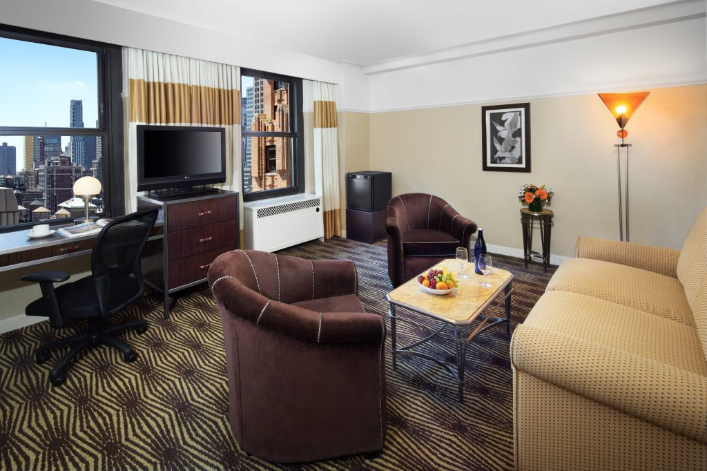 https://www.hotelsbyday.com/_data/default-hotel_image/2/12515/new-yorker-queen-suite.jpg