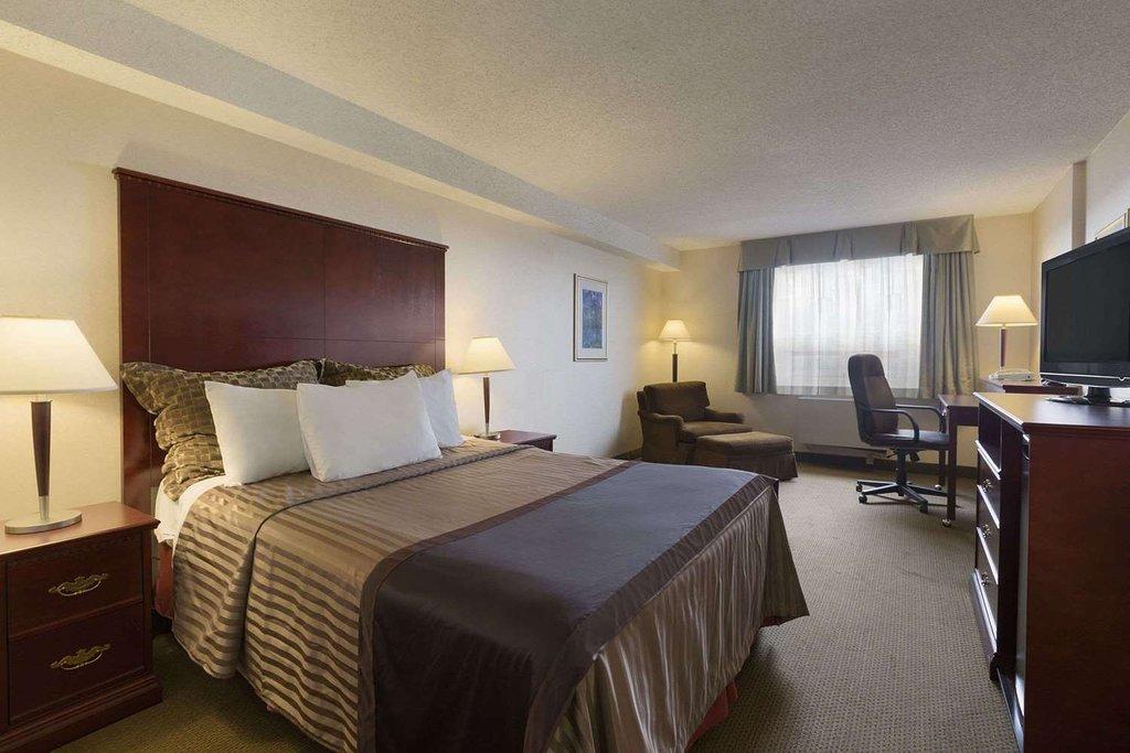 https://www.hotelsbyday.com/_data/default-hotel_image/2/12908/king-room.jpg