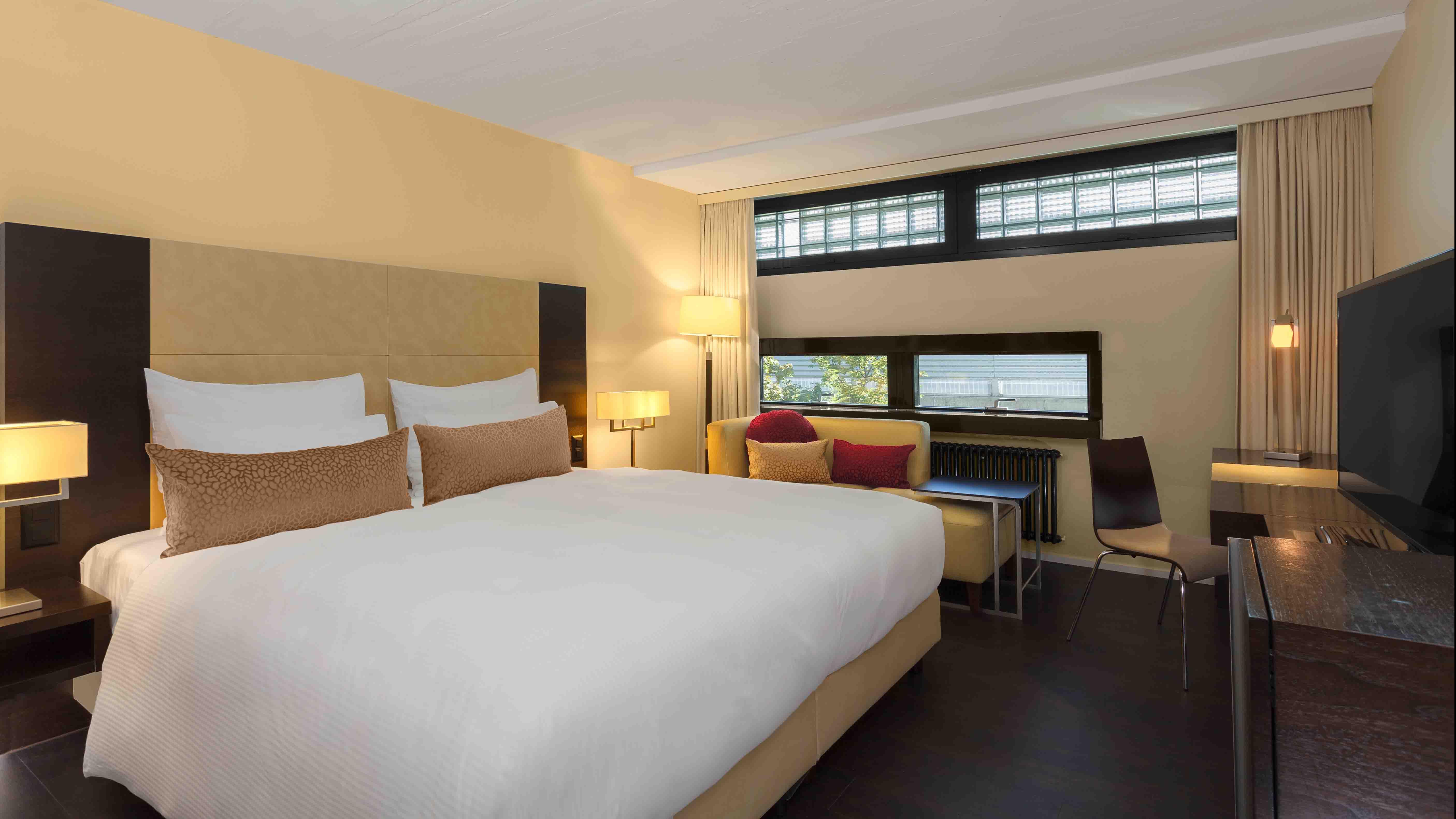 https://www.hotelsbyday.com/_data/default-hotel_image/2/12988/deluxe-bed-room.jpg