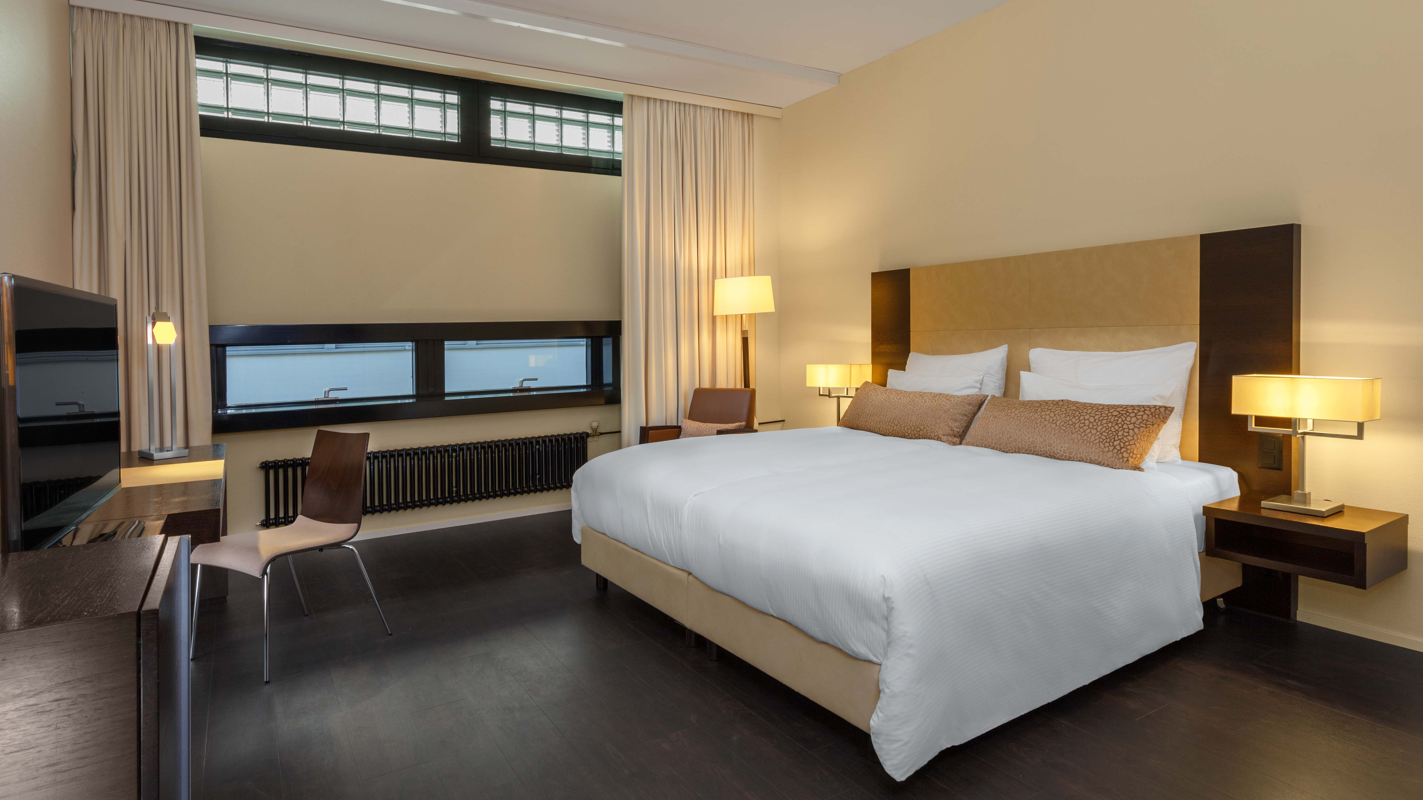 https://www.hotelsbyday.com/_data/default-hotel_image/2/12992/zrhfp-accesible-bed-room.jpg
