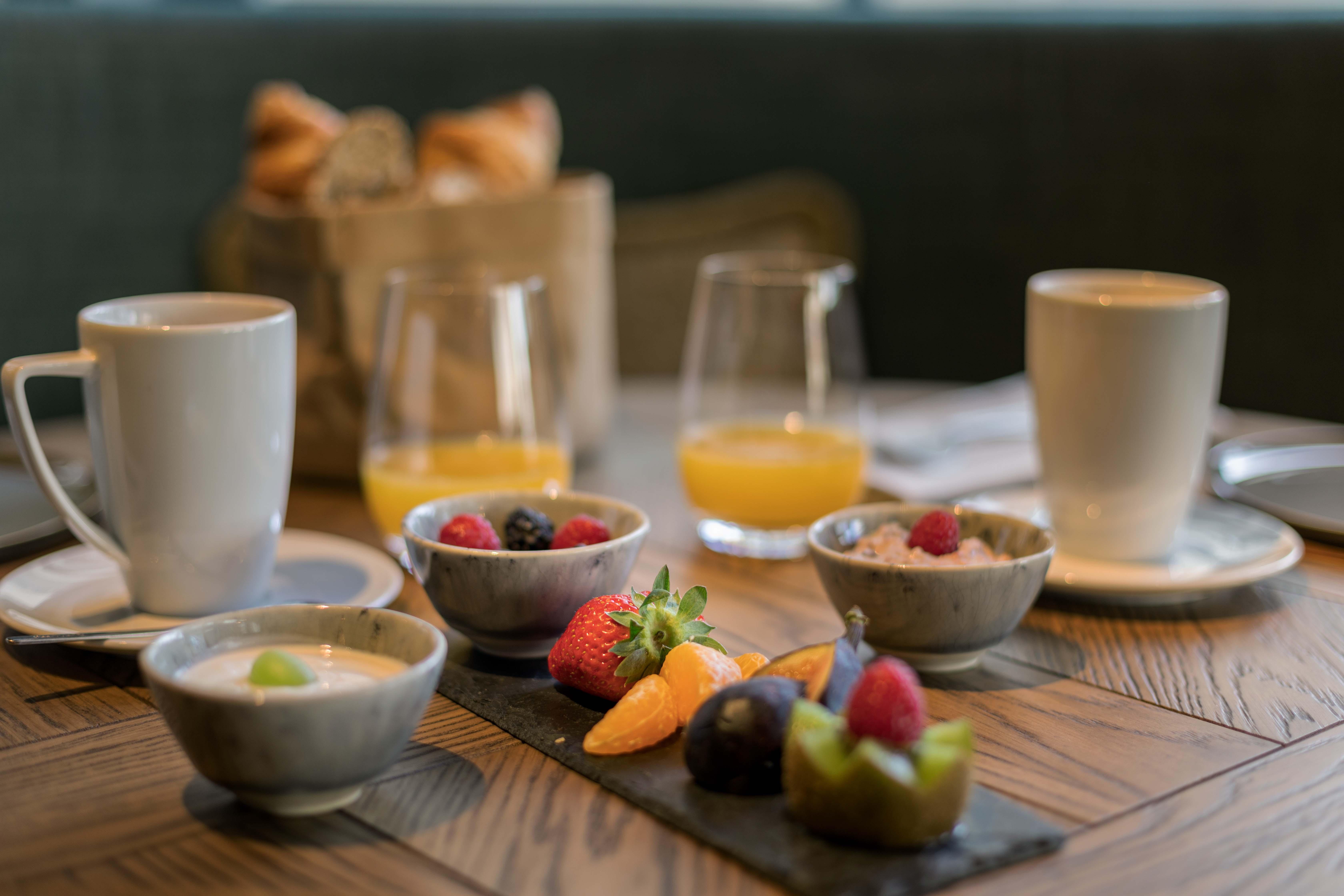 https://www.hotelsbyday.com/_data/default-hotel_image/2/12994/zrhfp-restaurant-breakfast-table4.jpg