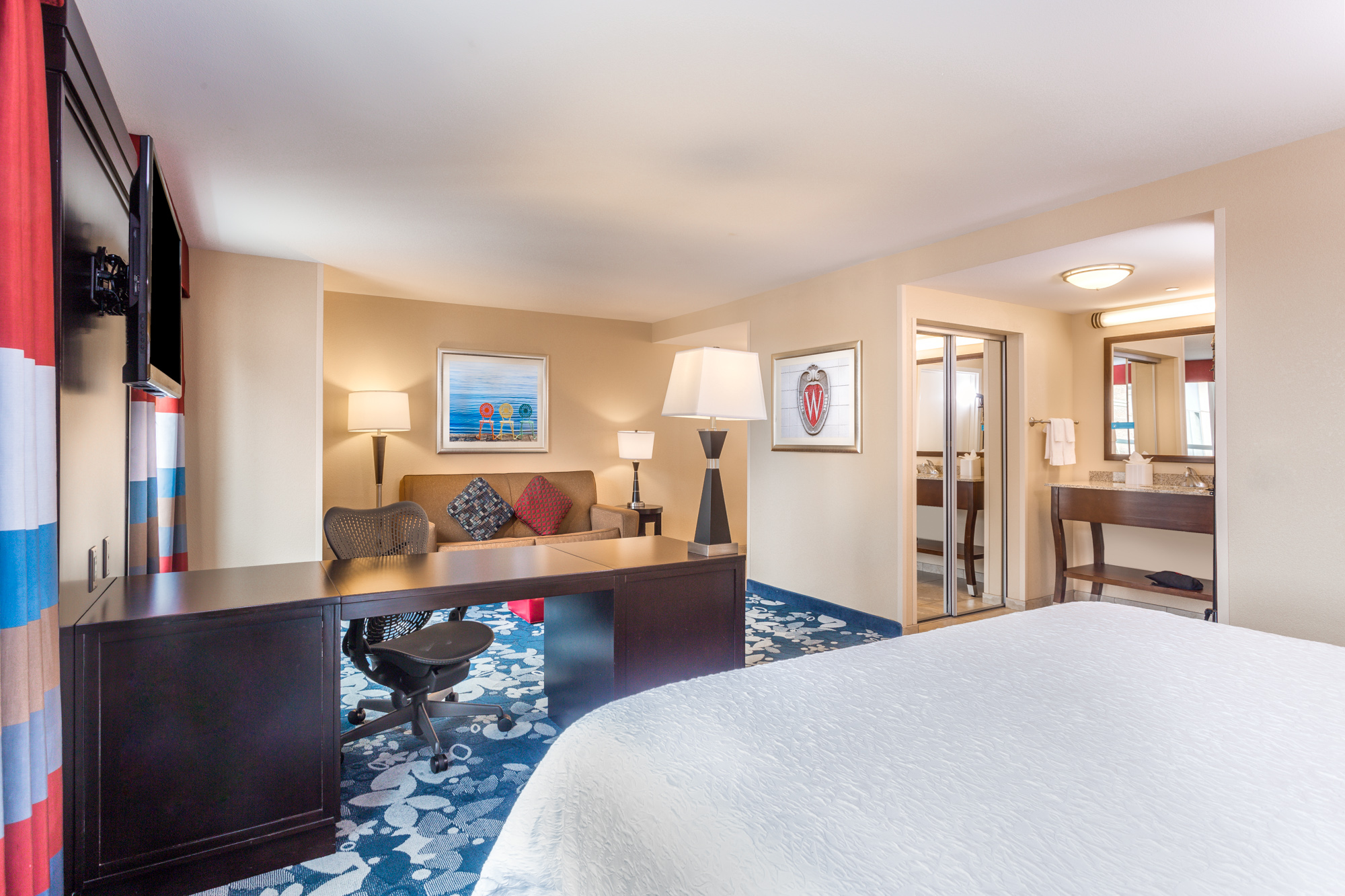 https://www.hotelsbyday.com/_data/default-hotel_image/2/13098/hampton-inn-msnbjhx-downtown-madison-wi-king-studio-room-836-9631-low-res.jpg
