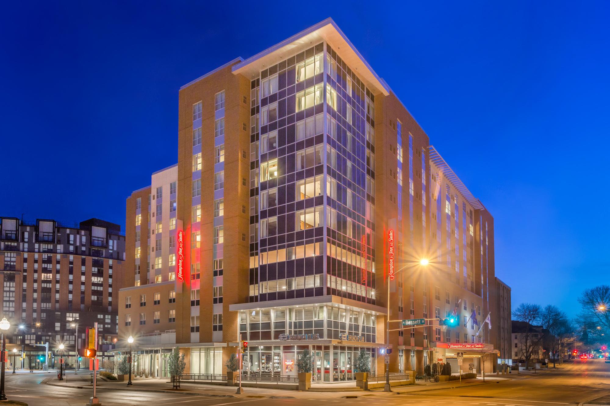 https://www.hotelsbyday.com/_data/default-hotel_image/2/13099/hampton-inn-msnbjhx-downtown-madison-wi-exterior-blue-9515-low-res.jpg