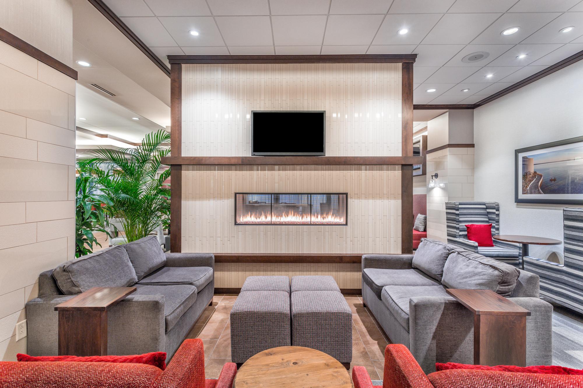 https://www.hotelsbyday.com/_data/default-hotel_image/2/13100/hampton-inn-msnbjhx-downtown-madison-wi-lobby-lounge-area-9935-low-res.jpg