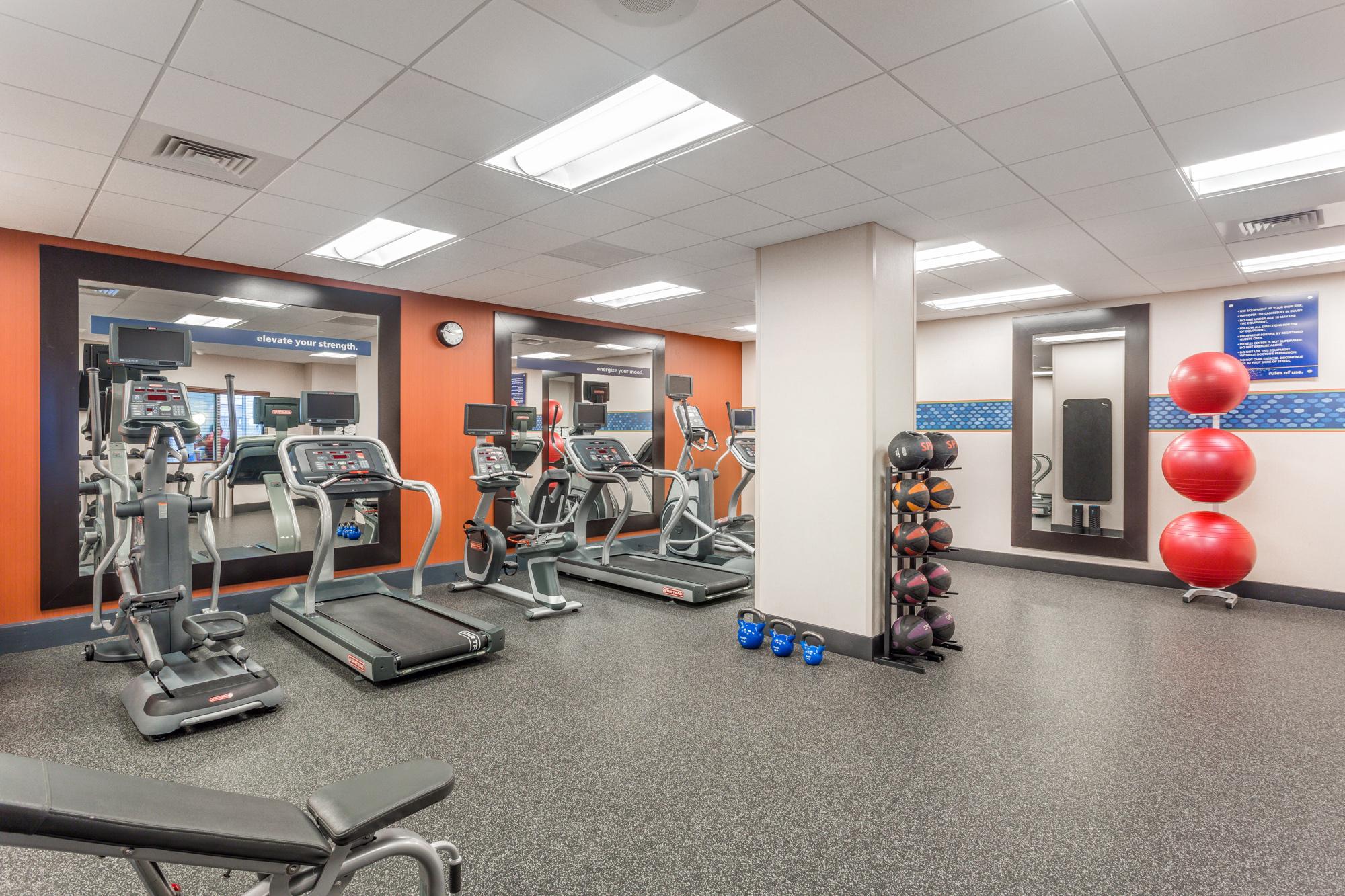 https://www.hotelsbyday.com/_data/default-hotel_image/2/13101/hampton-inn-msnbjhx-downtown-madison-wi-fitness-center-0117-low-res.jpg
