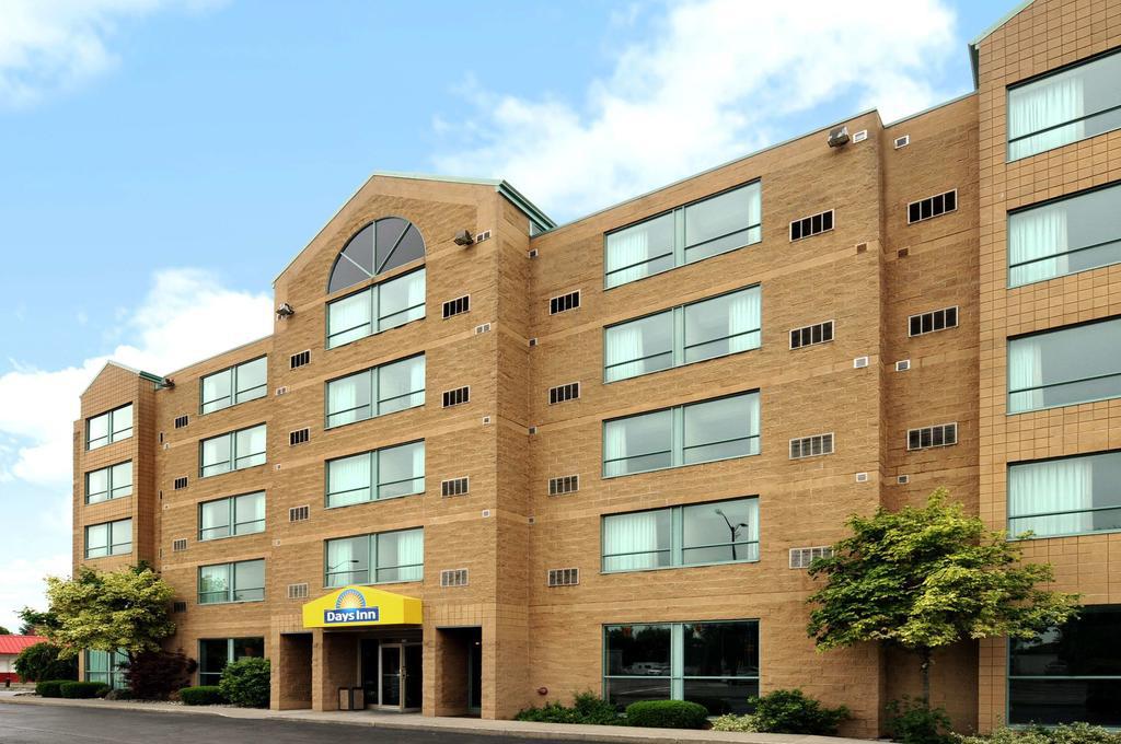 https://www.hotelsbyday.com/_data/default-hotel_image/2/13262/daysinn-exterior-update-3.jpg