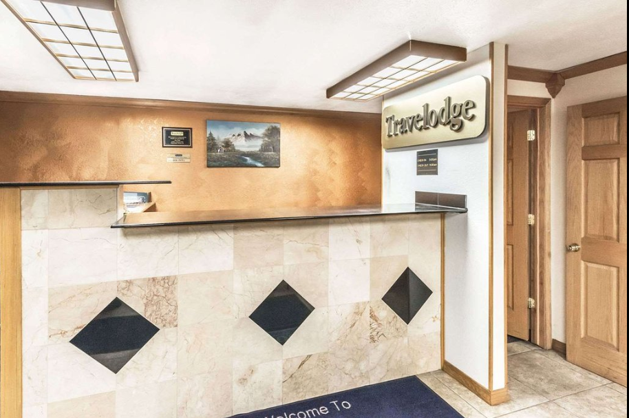https://www.hotelsbyday.com/_data/default-hotel_image/2/13511/travelodge-by-wyndham-bloomington-2.png
