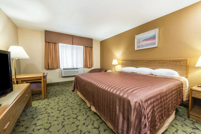 https://www.hotelsbyday.com/_data/default-hotel_image/2/13588/09401-guest-room-1_659x440_auto.jpg