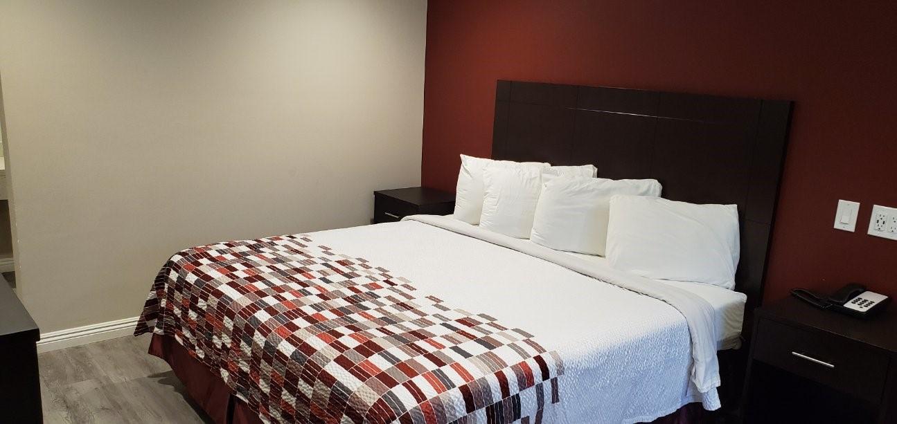 https://www.hotelsbyday.com/_data/default-hotel_image/2/13678/king-3.jpg