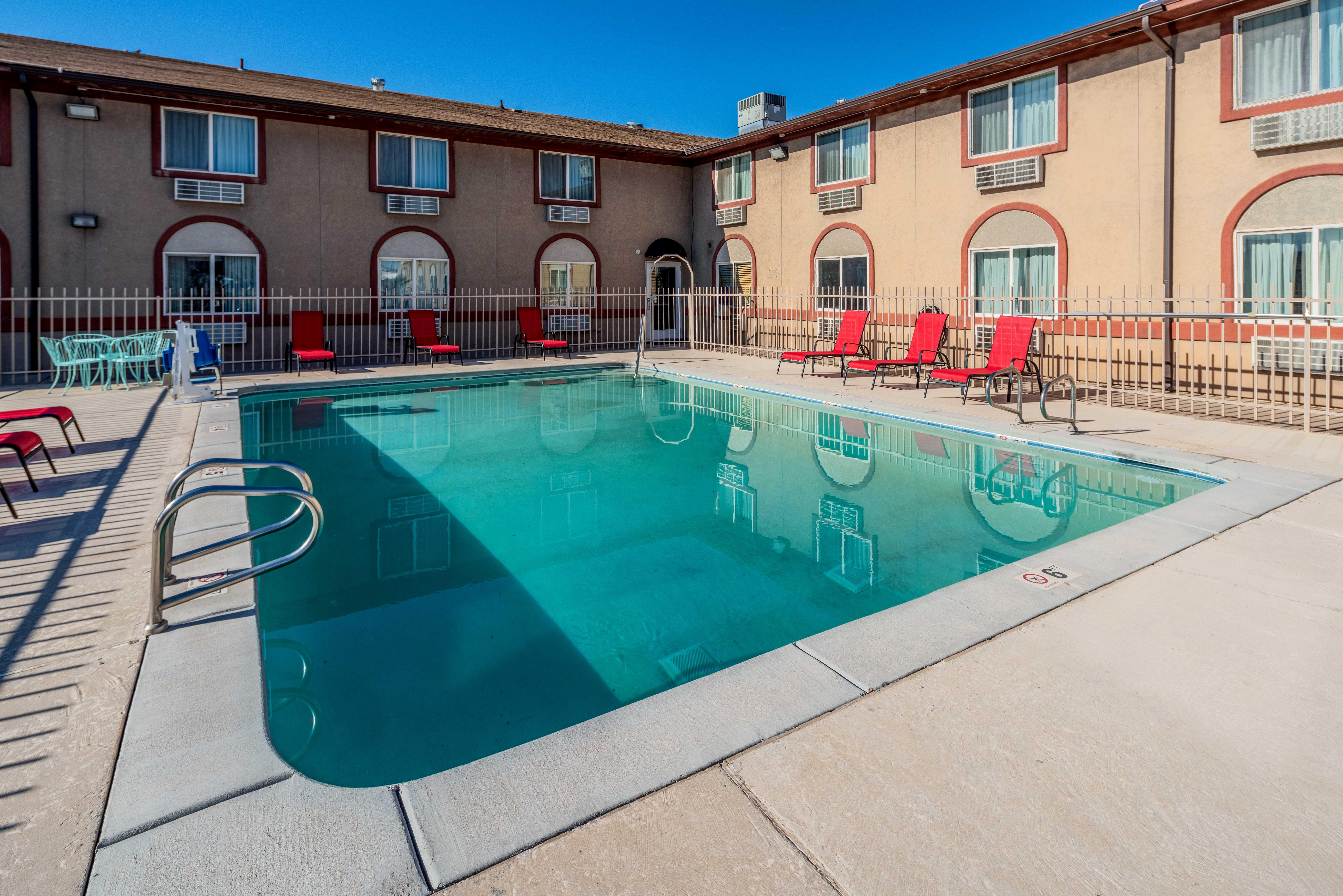 https://www.hotelsbyday.com/_data/default-hotel_image/2/13715/rri1073-pool-01.jpg