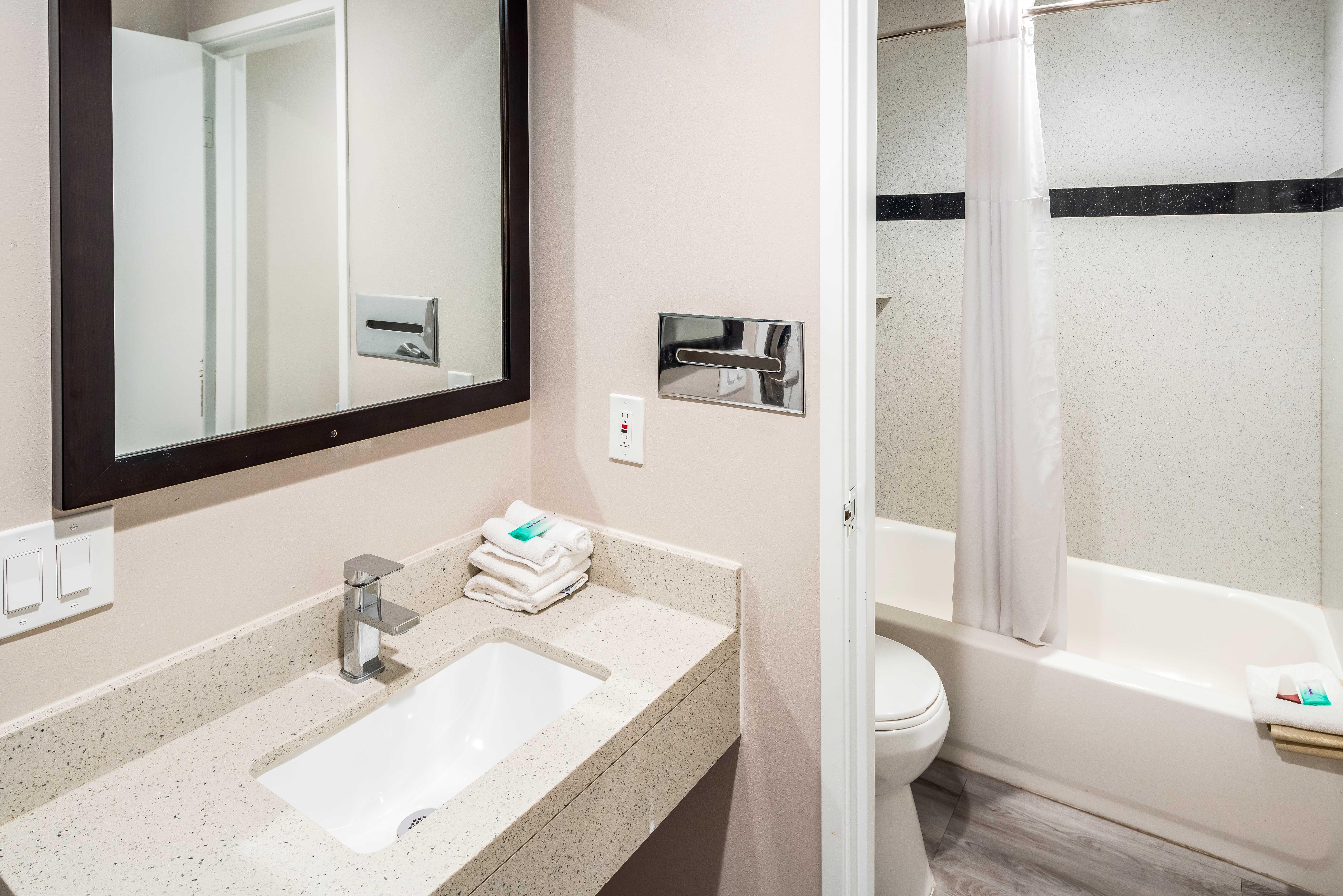 https://www.hotelsbyday.com/_data/default-hotel_image/2/13717/rri1073-doublequeen-03-bath.jpg