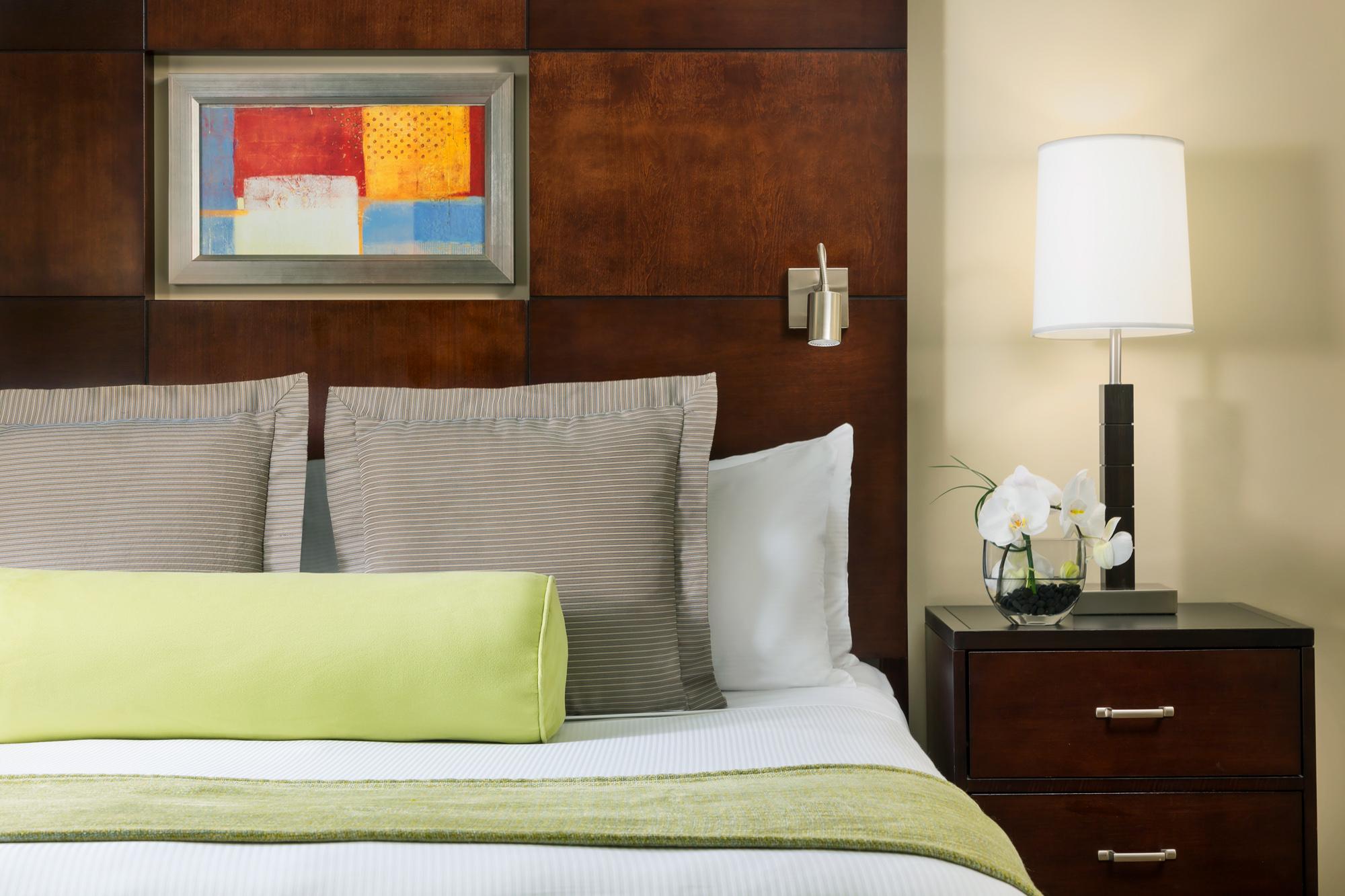 https://www.hotelsbyday.com/_data/default-hotel_image/2/13912/hm-guestroom-nightstand.jpg