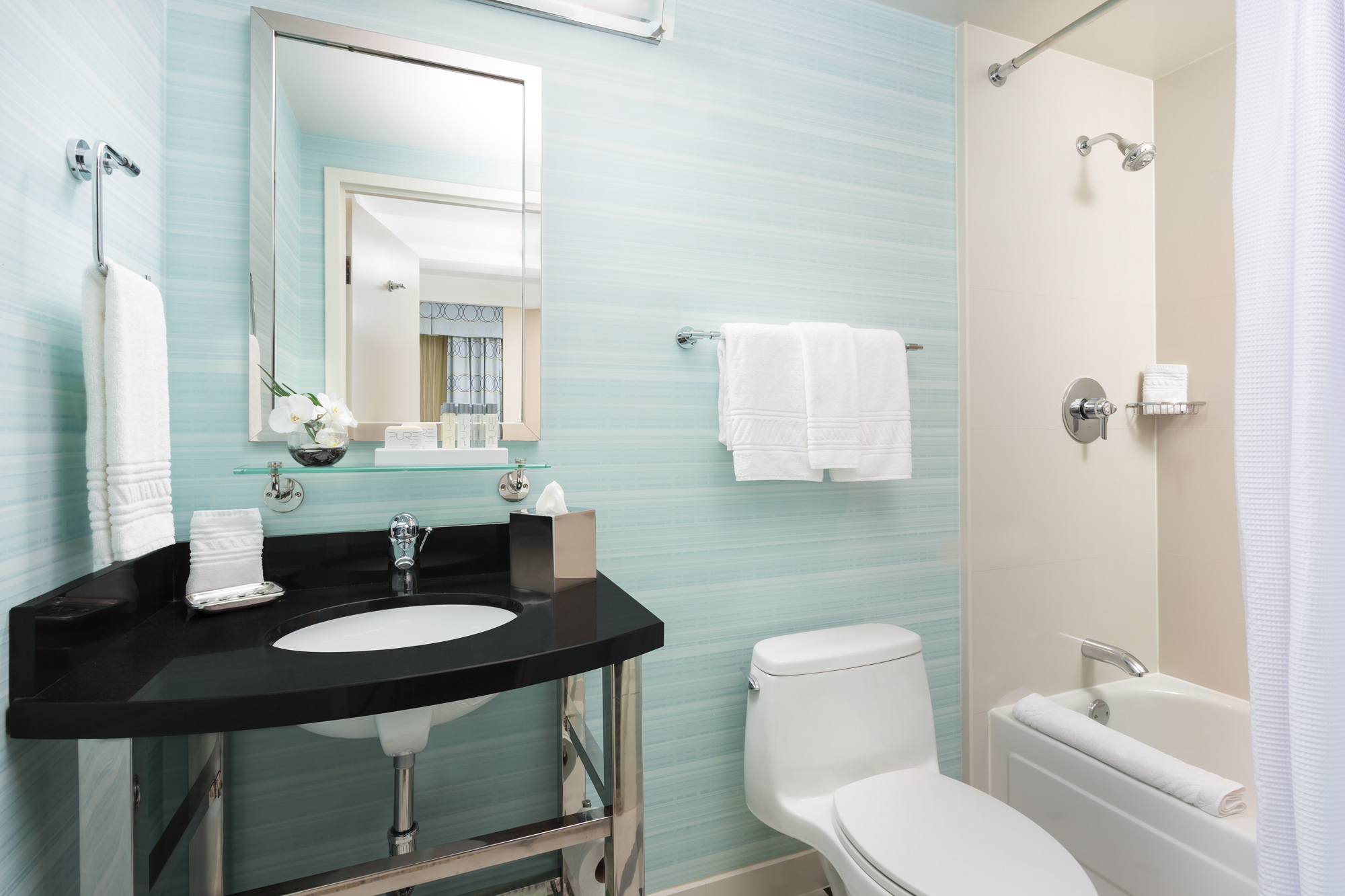 https://www.hotelsbyday.com/_data/default-hotel_image/2/13917/hm-guestroom-bathroom-tub.jpg