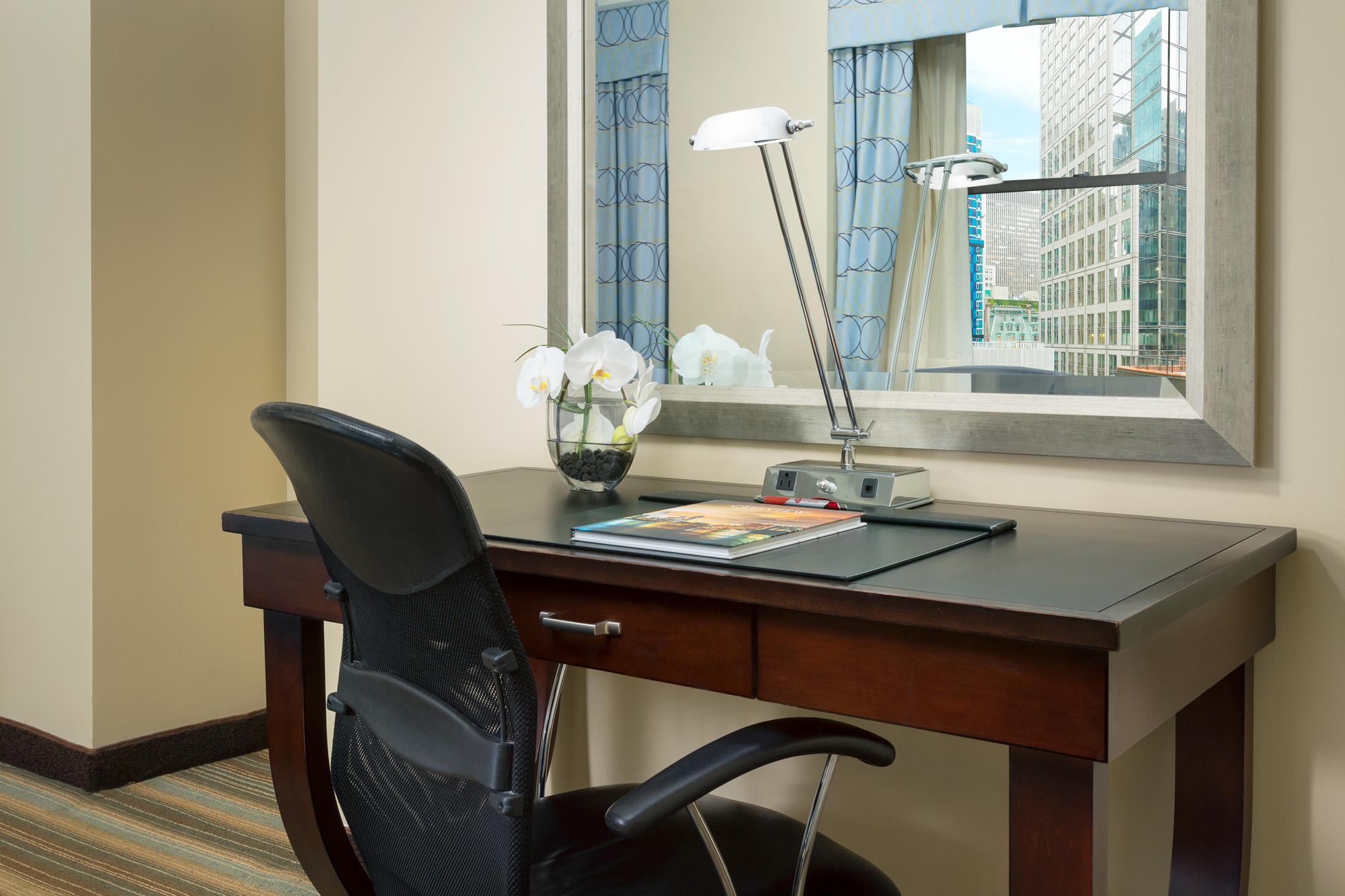 https://www.hotelsbyday.com/_data/default-hotel_image/2/13918/hm-guestroom-desk.jpg