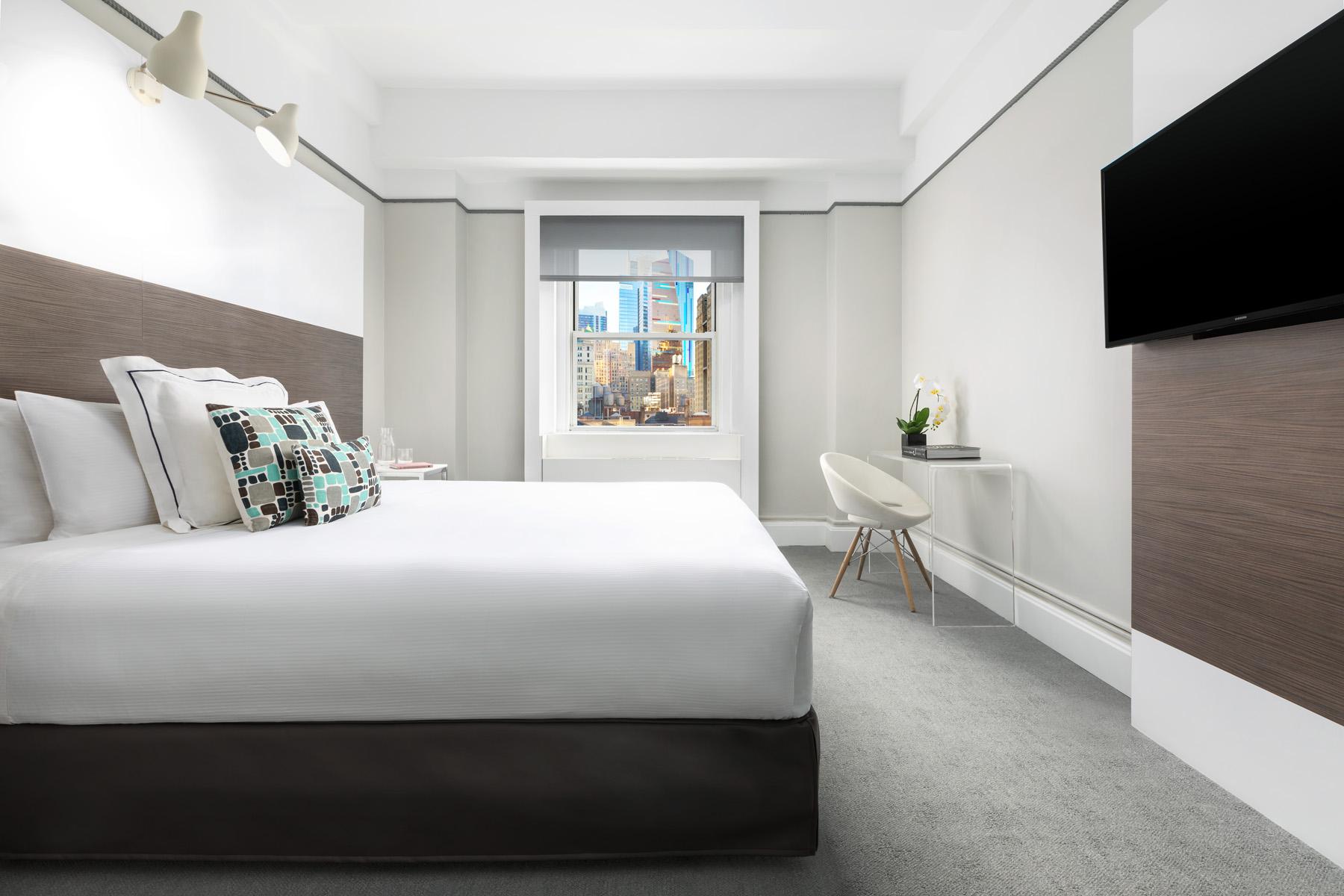 https://www.hotelsbyday.com/_data/default-hotel_image/2/13923/deluxe-king-2.jpg