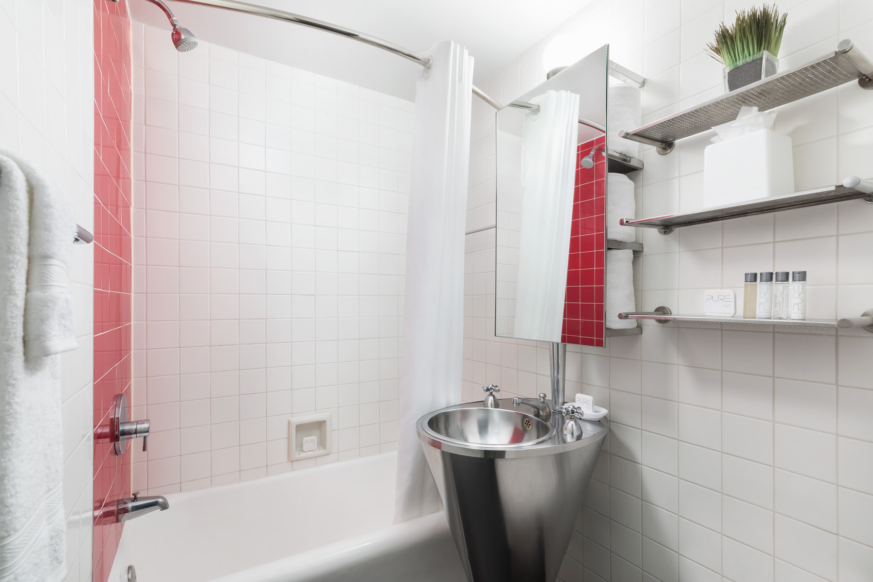 https://www.hotelsbyday.com/_data/default-hotel_image/2/13924/paramount-bathroom.jpg