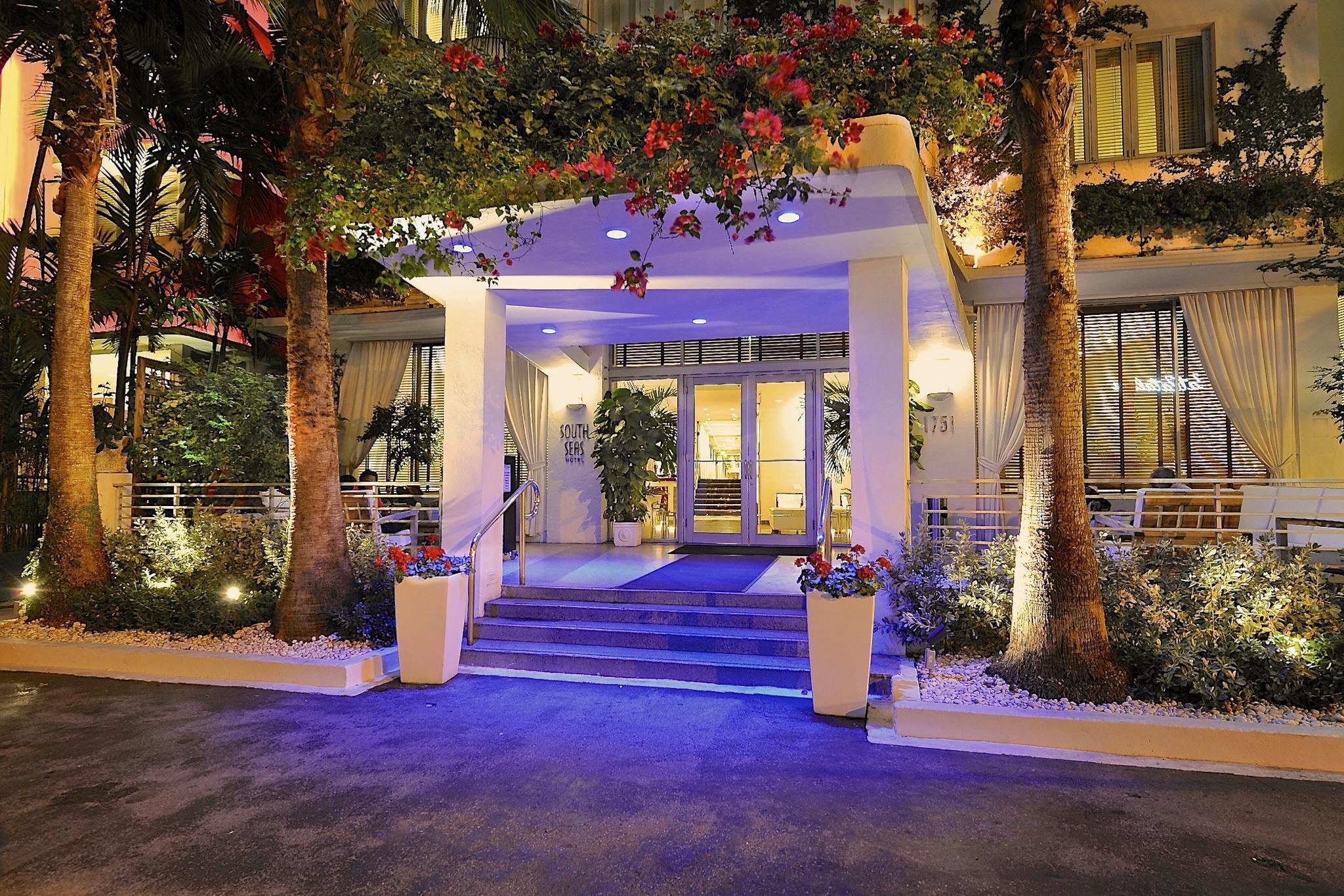 https://www.hotelsbyday.com/_data/default-hotel_image/2/13946/ss-exterior-at-night-2.jpg