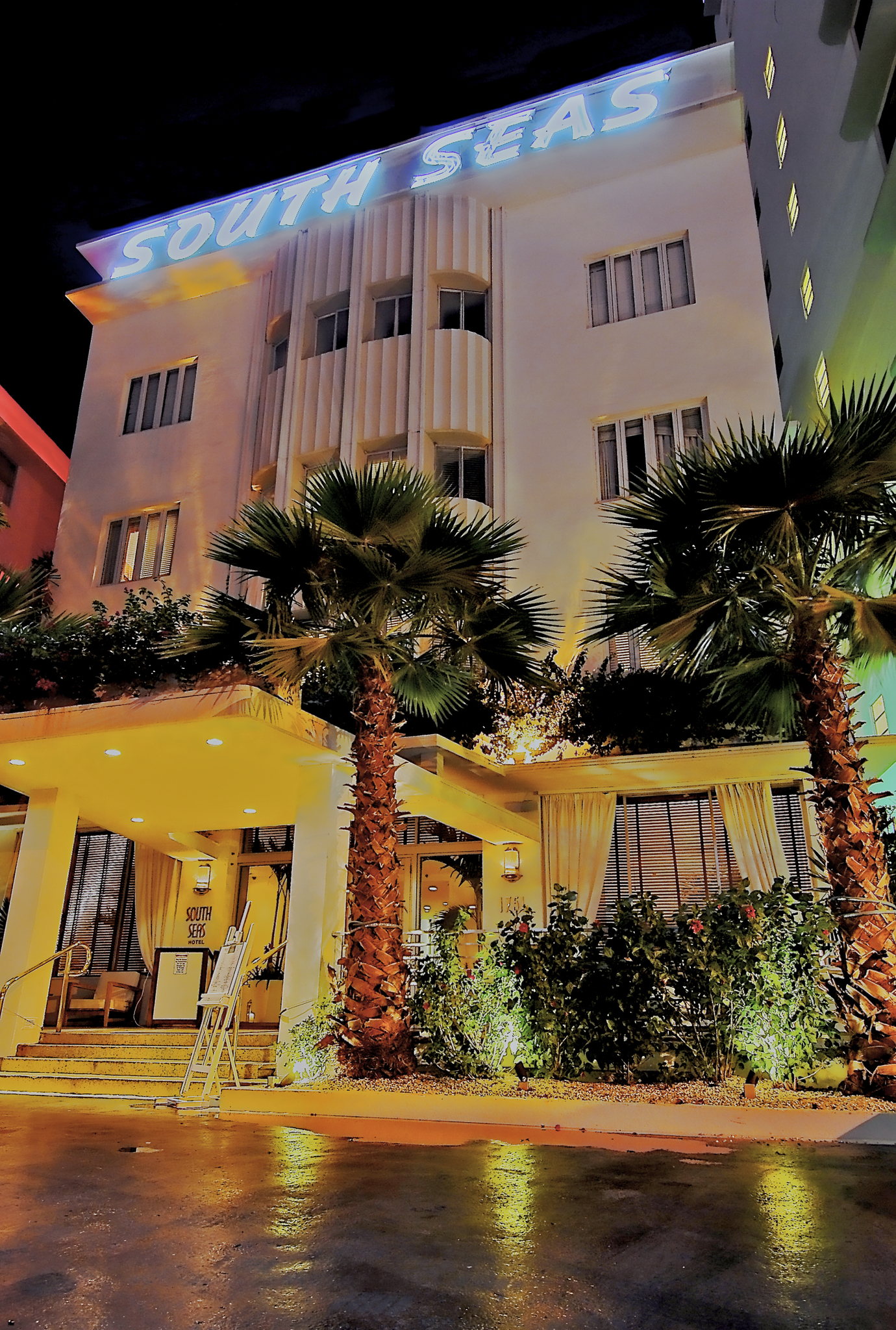 https://www.hotelsbyday.com/_data/default-hotel_image/2/13947/ss-exterior-at-night.jpg