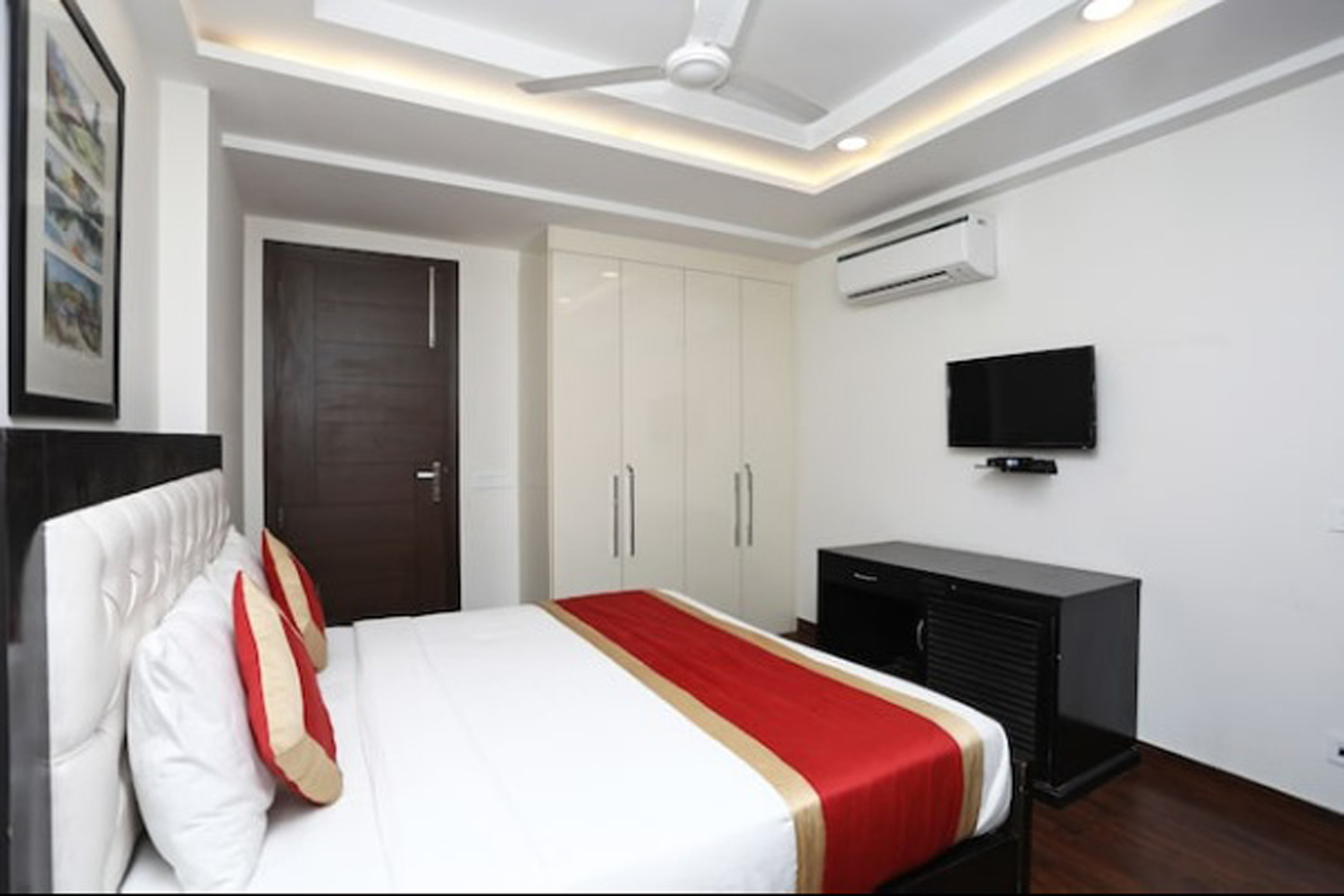https://www.hotelsbyday.com/_data/default-hotel_image/2/14699/5-amar-villa-deluxe-ac-room-side-view.jpg