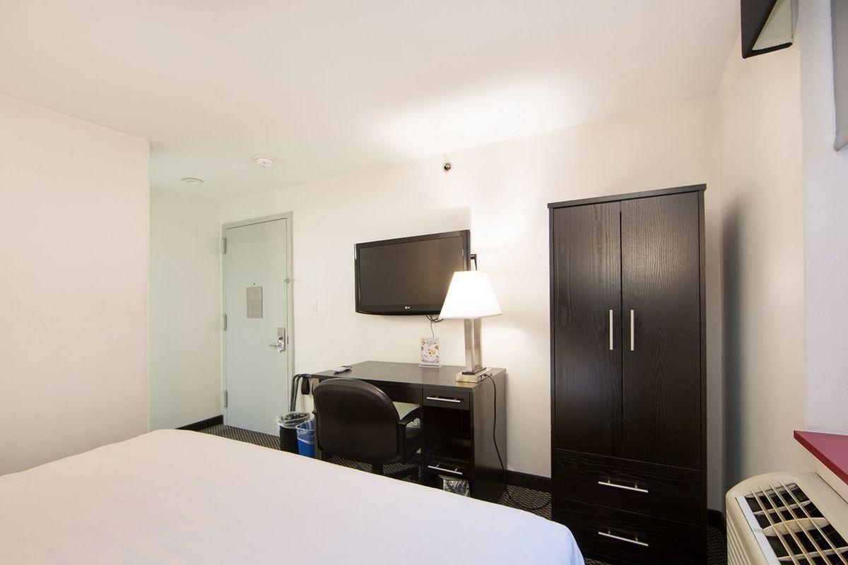 https://www.hotelsbyday.com/_data/default-hotel_image/2/14804/large-554a5383-1.jpg