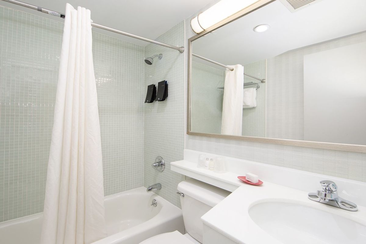 https://www.hotelsbyday.com/_data/default-hotel_image/2/14805/large-554a5396.jpg