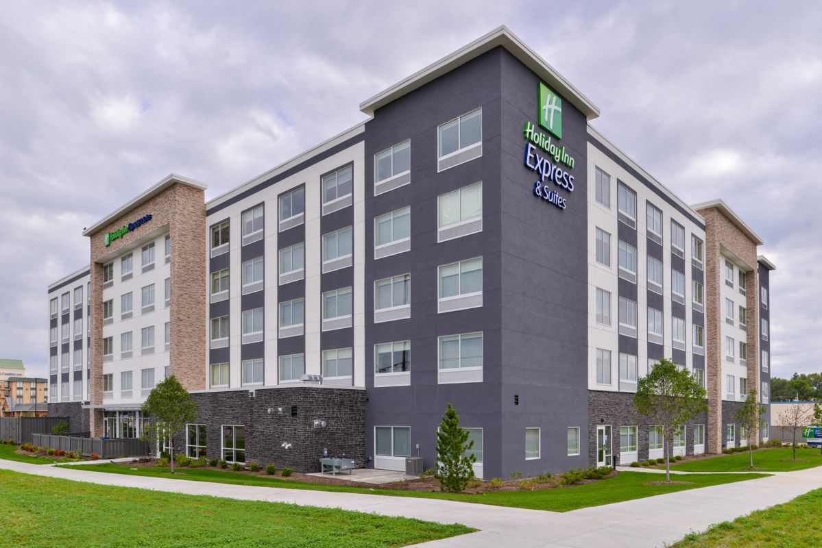 https://www.hotelsbyday.com/_data/default-hotel_image/2/14830/holiday-inn-express-and-suites-bloomington-6188664153-original.png