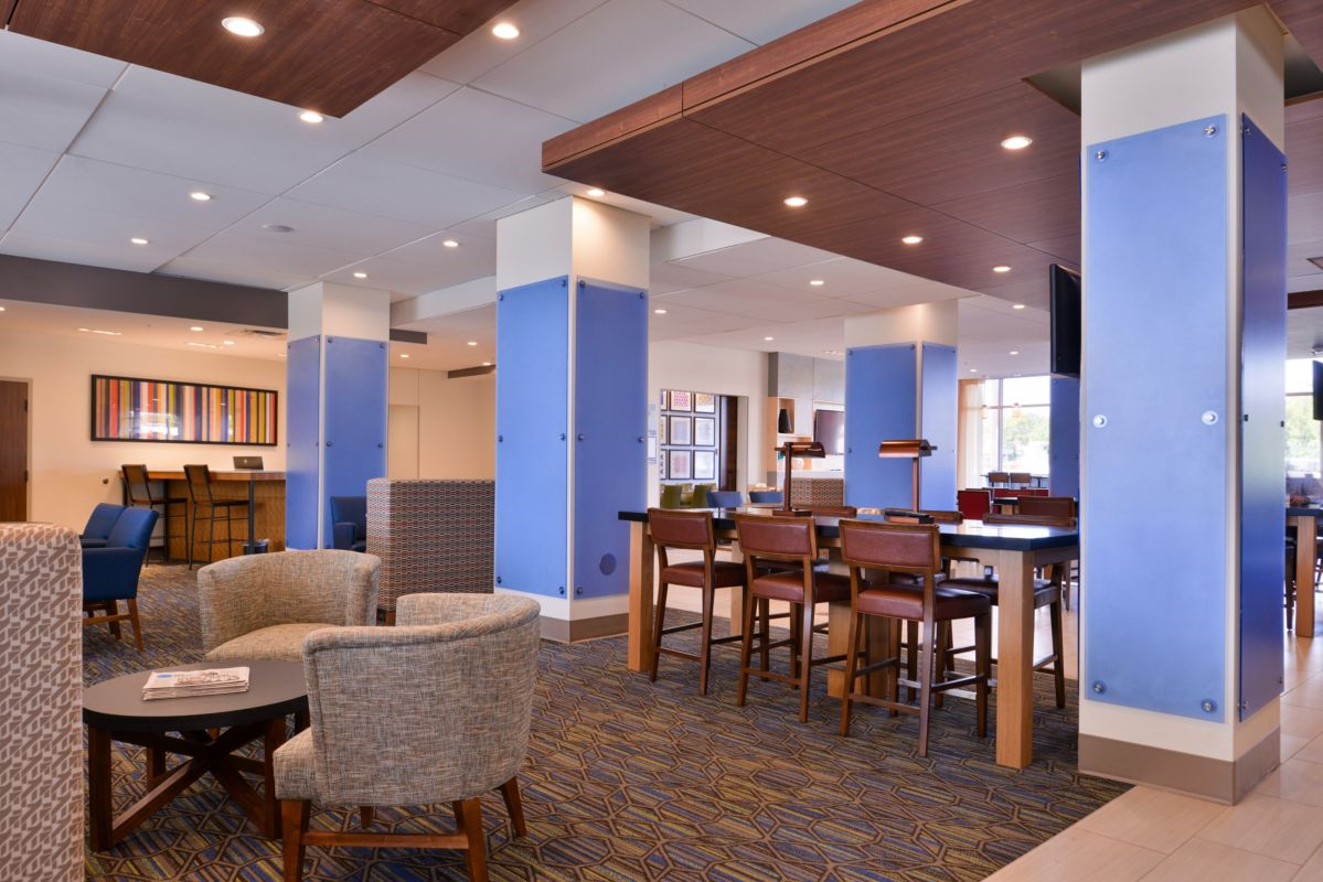 https://www.hotelsbyday.com/_data/default-hotel_image/2/14831/holiday-inn-express-and-suites-bloomington-6188545901-original.png