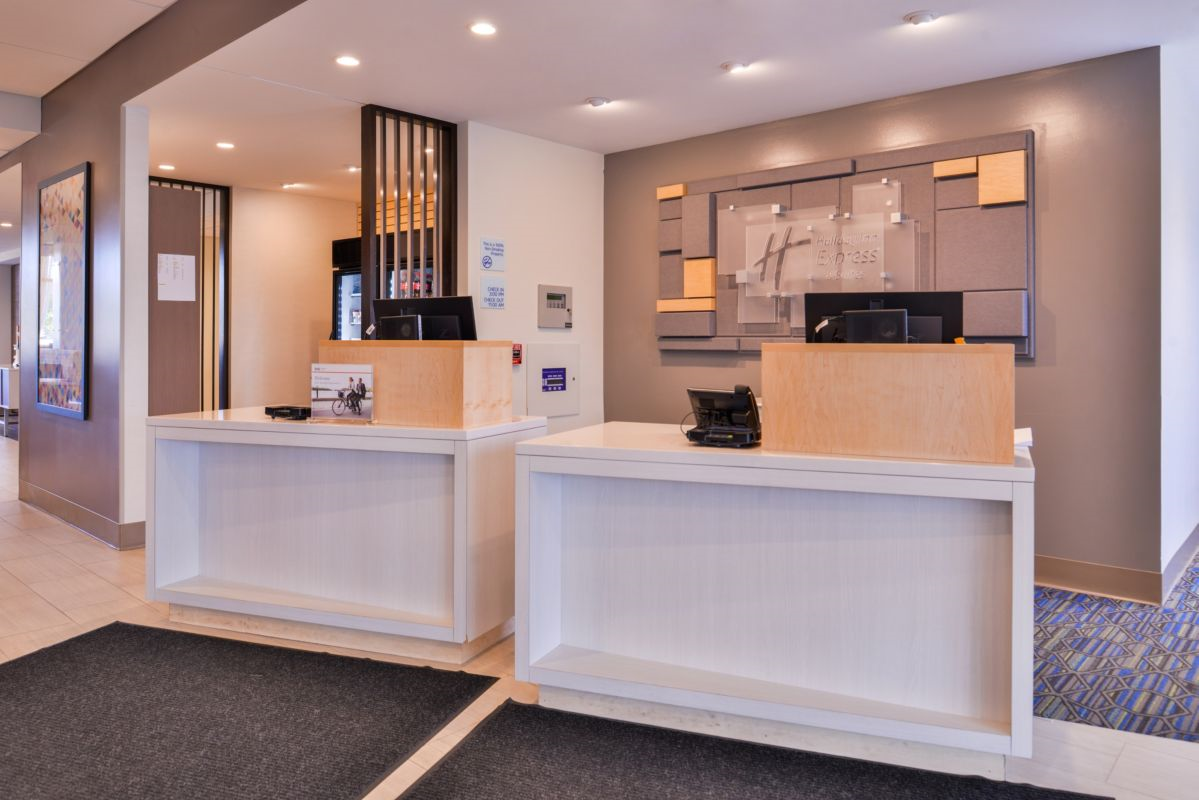 https://www.hotelsbyday.com/_data/default-hotel_image/2/14833/holiday-inn-express-and-suites-bloomington-6188632730-original.png