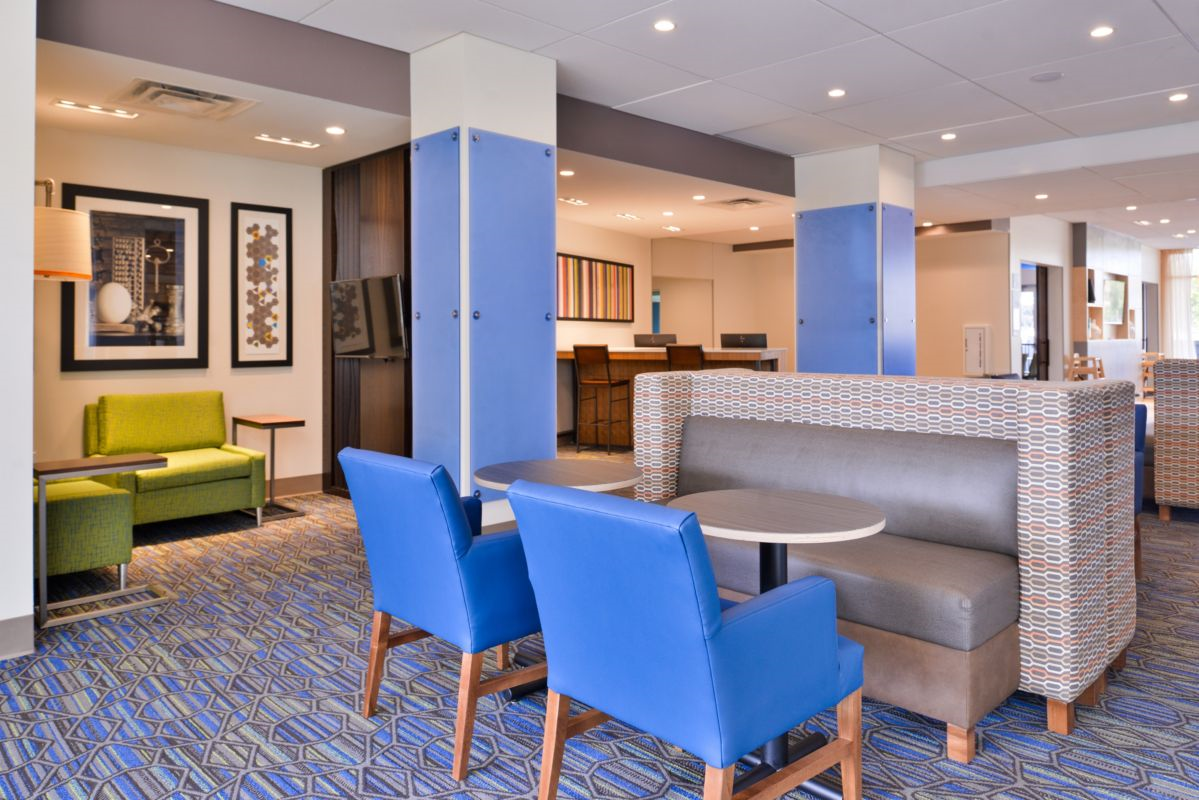 https://www.hotelsbyday.com/_data/default-hotel_image/2/14838/holiday-inn-express-and-suites-bloomington-6188720080-original.png
