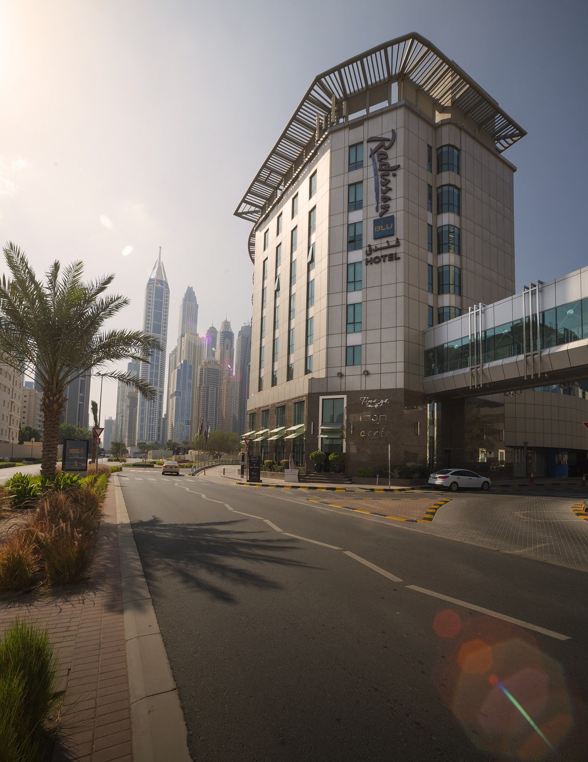 https://www.hotelsbyday.com/_data/default-hotel_image/3/15045/radisson-blu-dubai-media-city-ssnnas-city.jpg