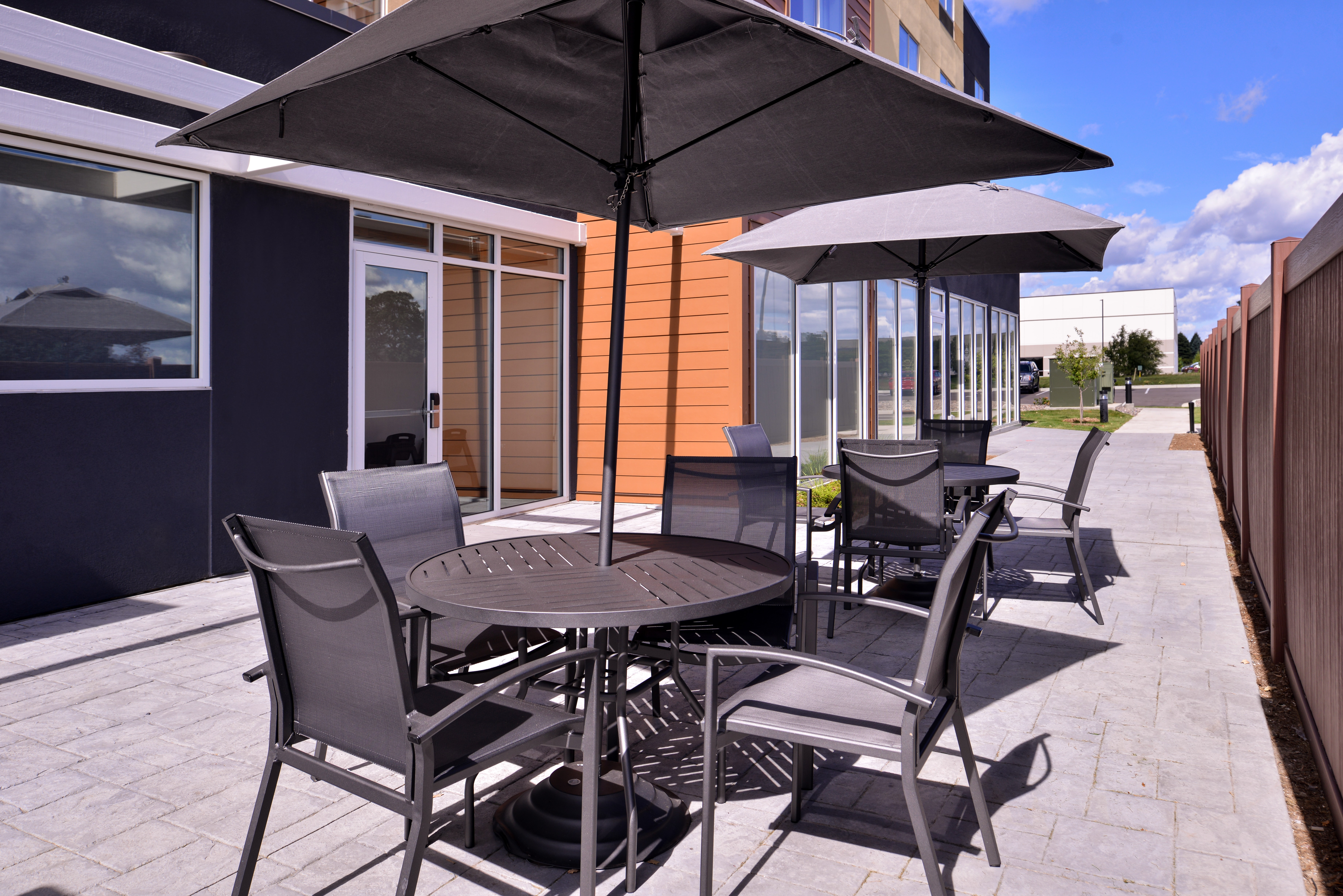 https://www.hotelsbyday.com/_data/default-hotel_image/3/15103/fis-mspfk-patio1.jpg