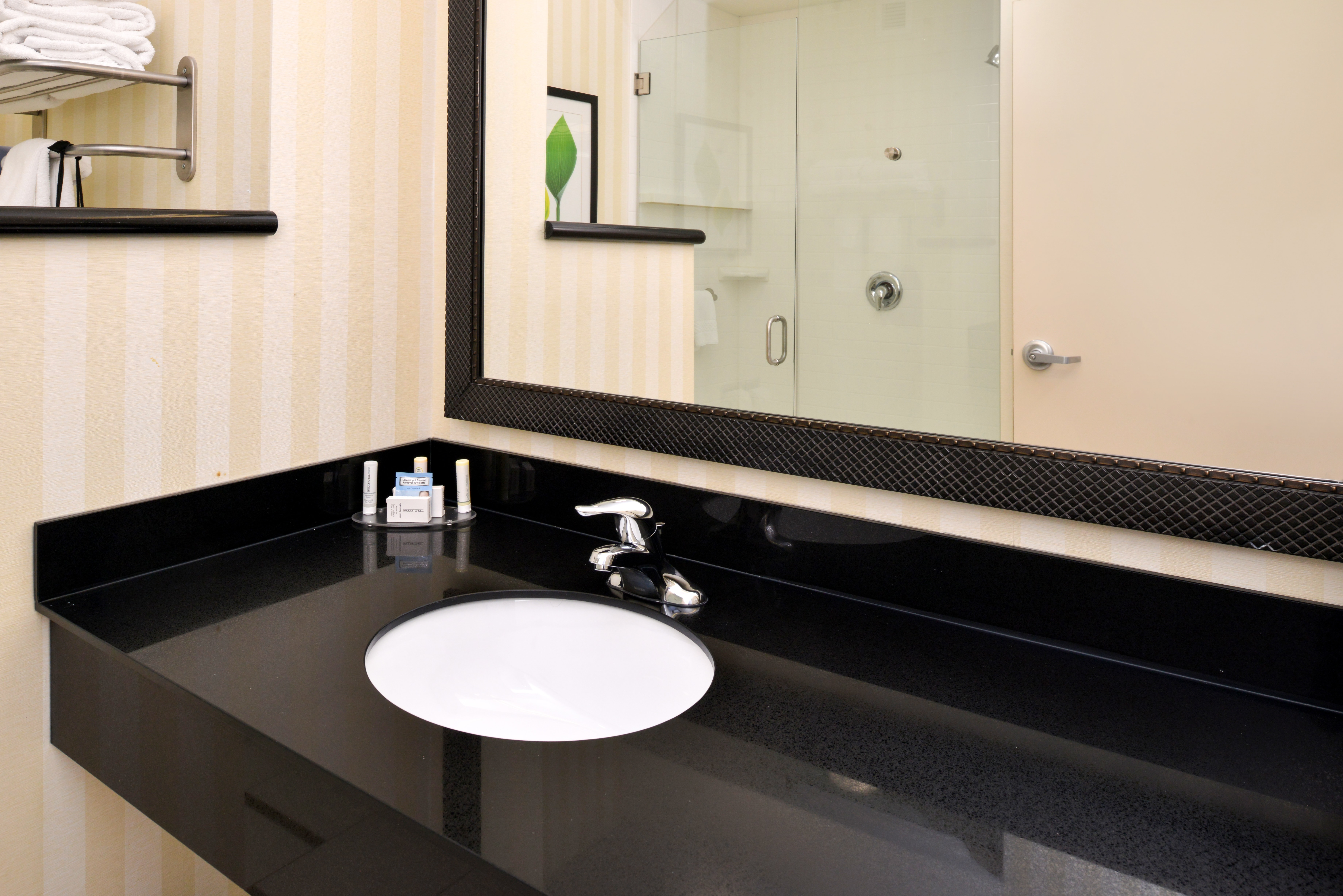 https://www.hotelsbyday.com/_data/default-hotel_image/3/15124/fis-cidcr-bathroom1.jpg