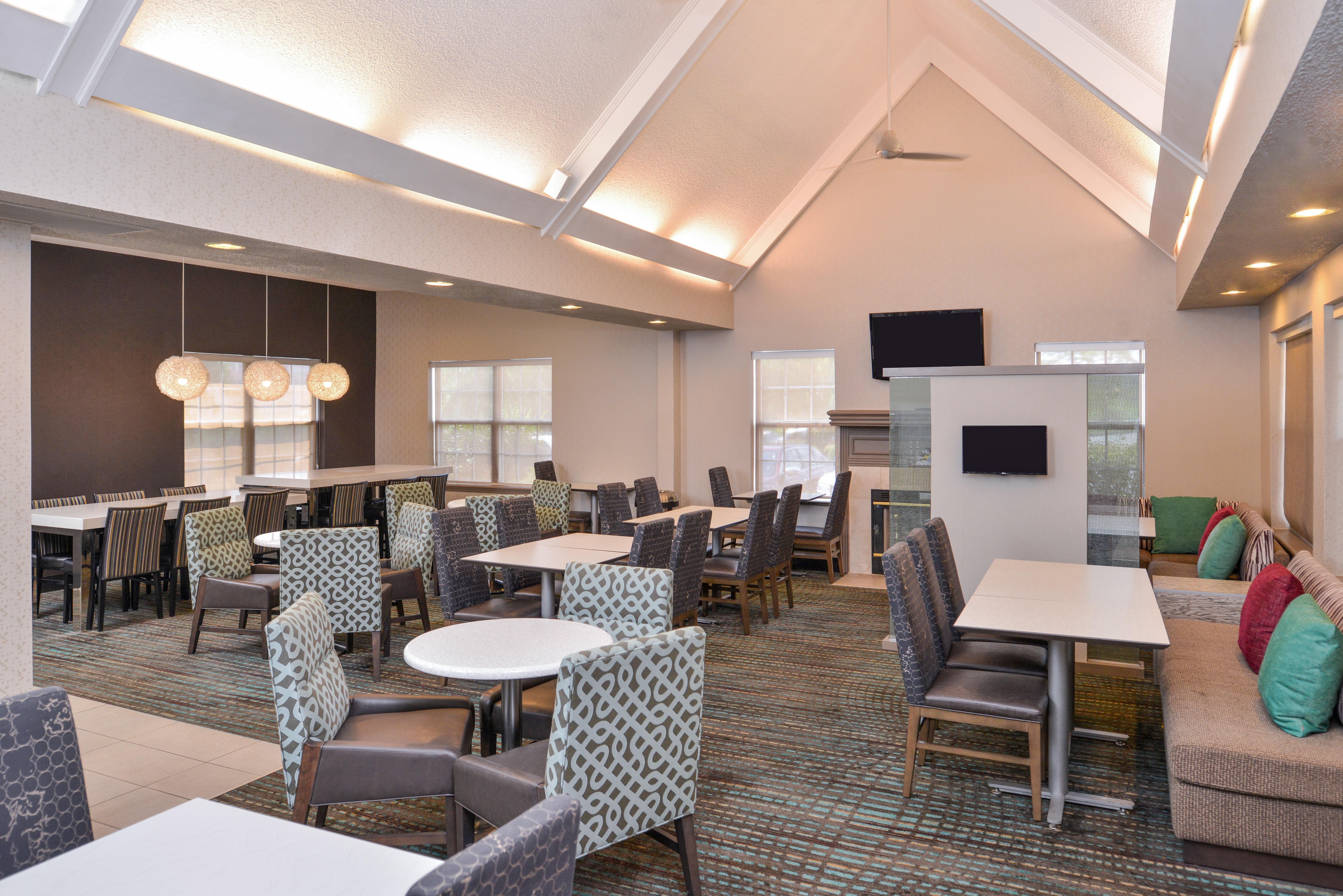 https://www.hotelsbyday.com/_data/default-hotel_image/3/15398/ri-sgfbr-breakfastarea6.jpg