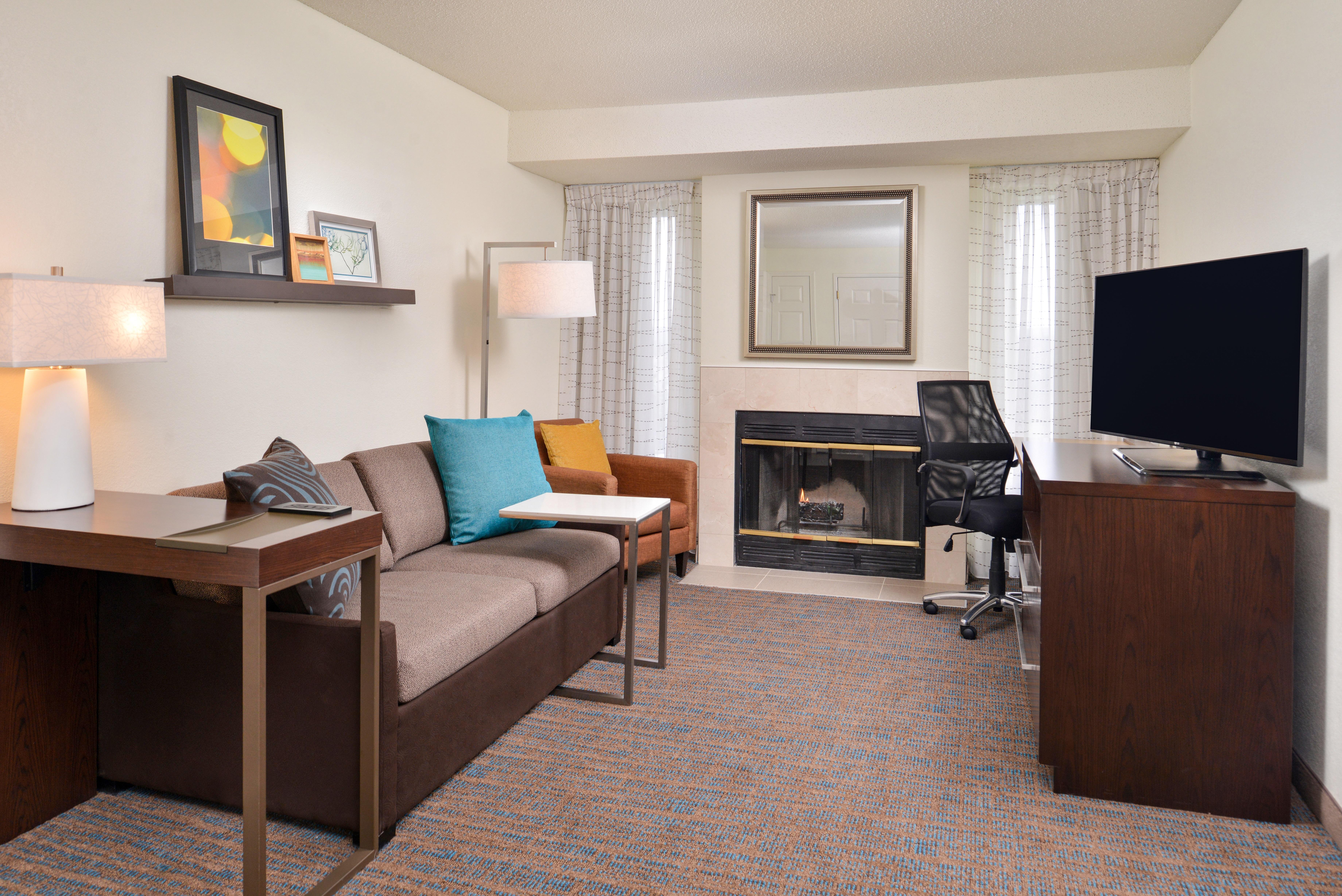 https://www.hotelsbyday.com/_data/default-hotel_image/3/15399/ri-sgfbr-2bedroomsuitefireplace1.jpg