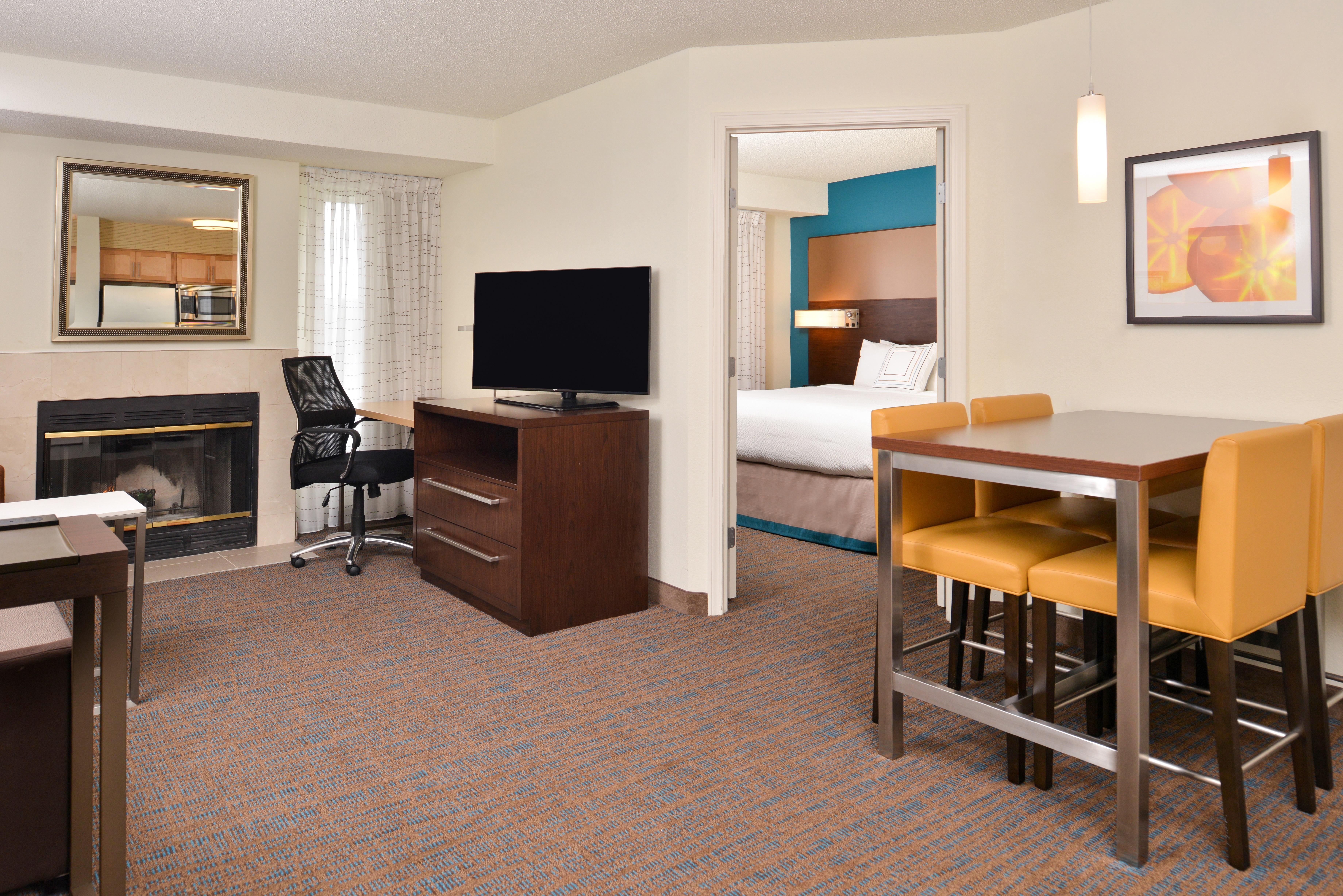 https://www.hotelsbyday.com/_data/default-hotel_image/3/15400/ri-sgfbr-2bedroomsuitefireplace2.jpg