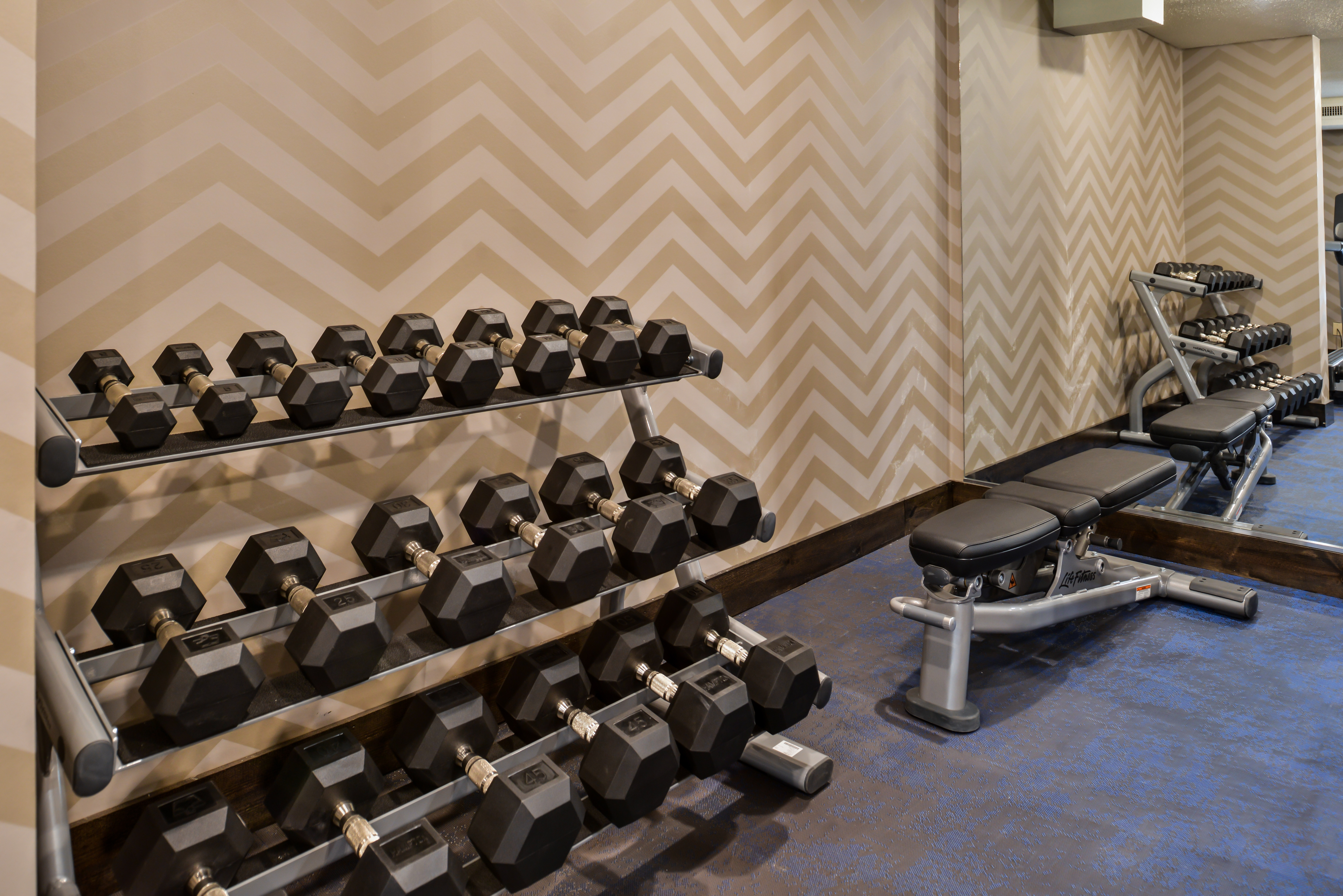 https://www.hotelsbyday.com/_data/default-hotel_image/3/15420/ri-sgfbr-fitness2.jpg