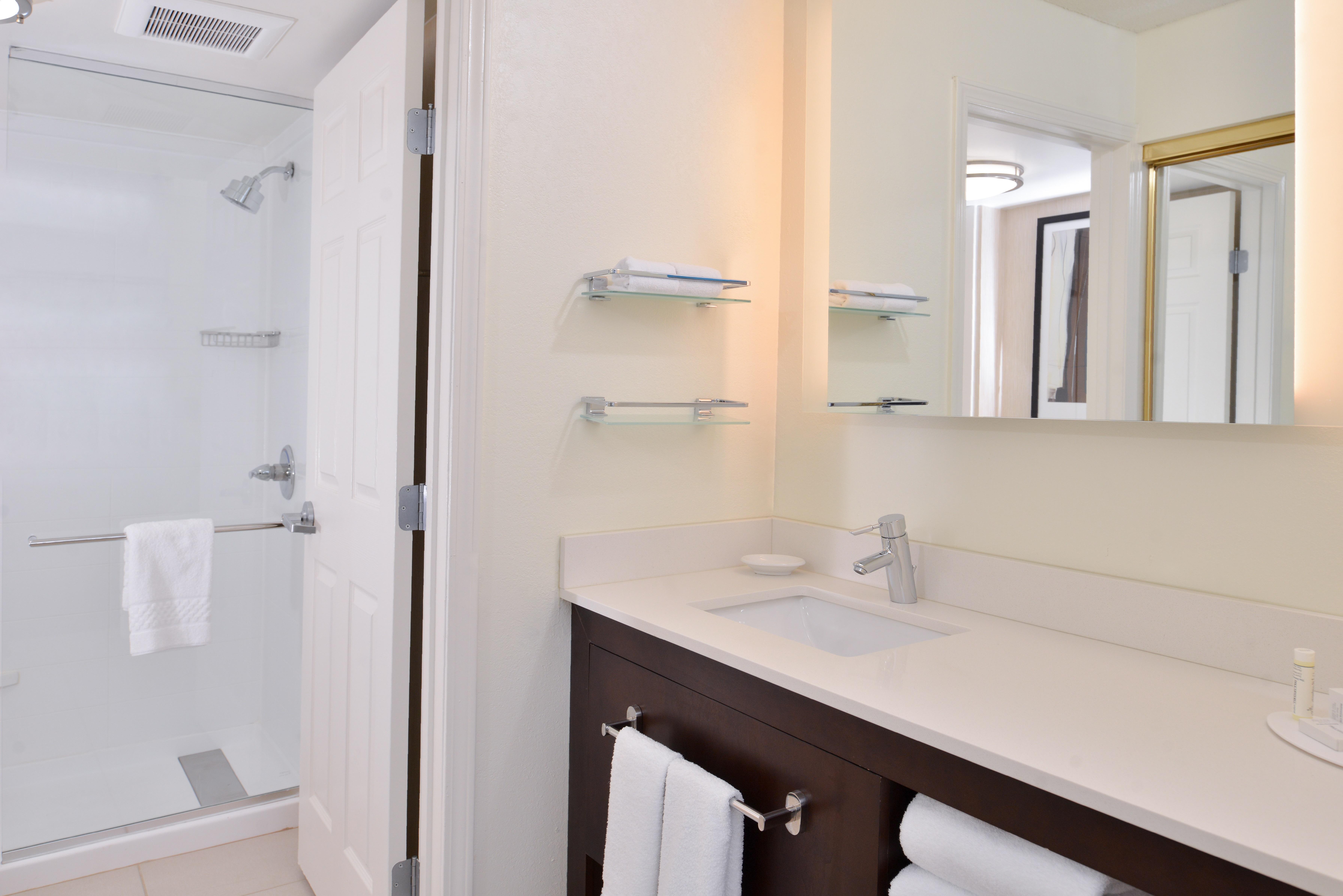 https://www.hotelsbyday.com/_data/default-hotel_image/3/15426/ri-sgfbr-2bedroomsuitefireplace4.jpg