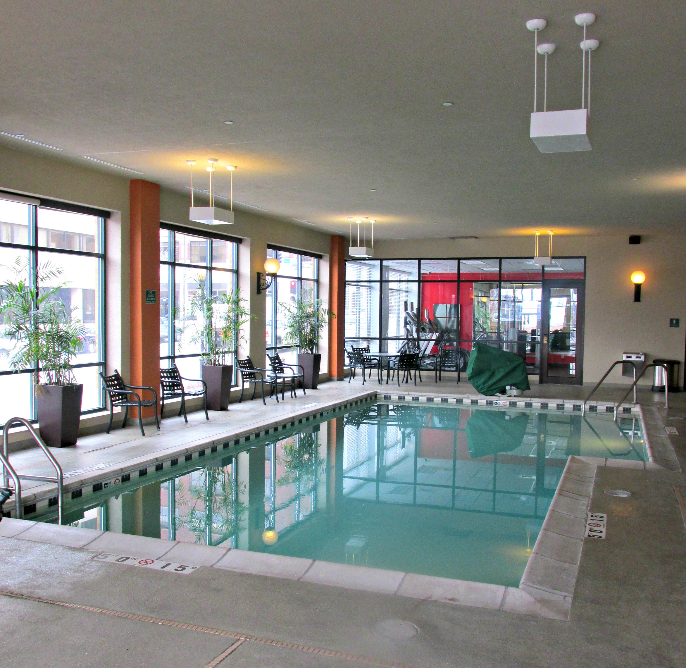 https://www.hotelsbyday.com/_data/default-hotel_image/3/15530/dvpt-65435673-pool-2346x2284.jpg